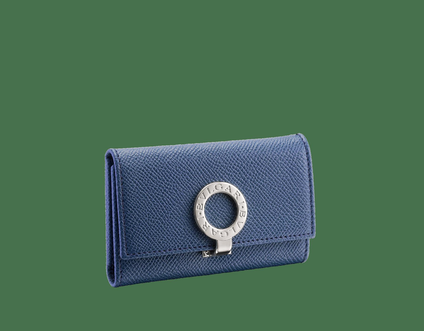 Porte-clés en cuir de veau grainé bleu denim saphir avec doublure en nappa bordeaux. Fermoir emblématique en laiton plaqué palladium orné du motif BVLGARIBVLGARI. 286891 image 1