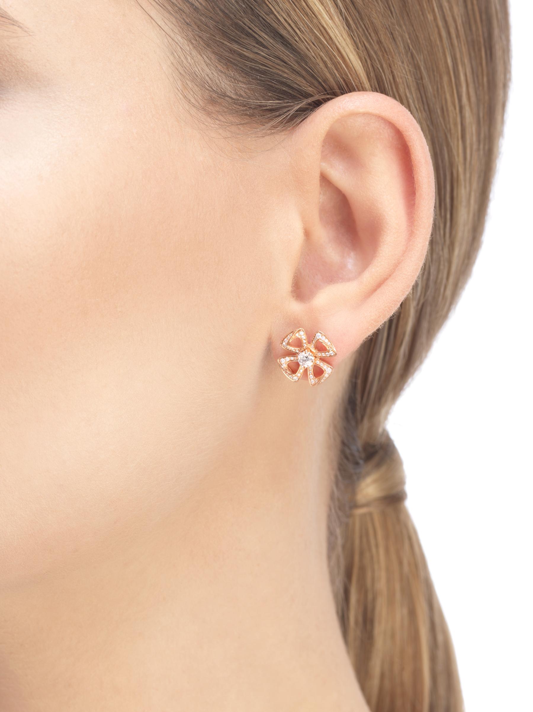 Brincos Fiorever em ouro rosa 18K cravejados com dois diamantes centrais e pavê de diamantes 355887 image 4