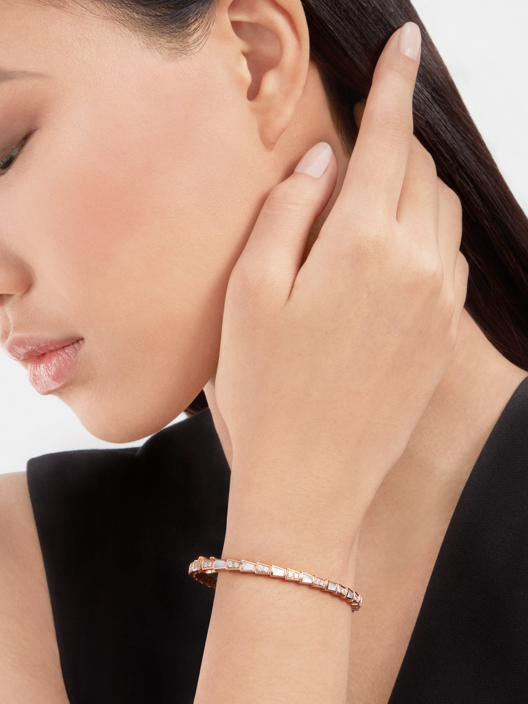 Serpenti Viper 18 kt rose gold bracelet set with mother-of-pearl elements and pavé diamonds BR858356 image 2