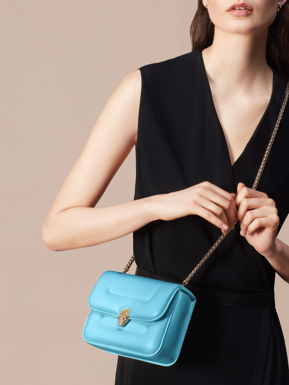 Mary Katrantzou x Bvlgari 手提包,採用柔軟的 Aegean Toapz 藍色絎縫納帕軟面皮,Aegean Toapz 藍色納帕軟面皮襯裡。新式金色黃銅 Serpenti 蛇頭扣環,誘人蛇眼鑲飾水晶。特別版包款。 MK-1142 image 8