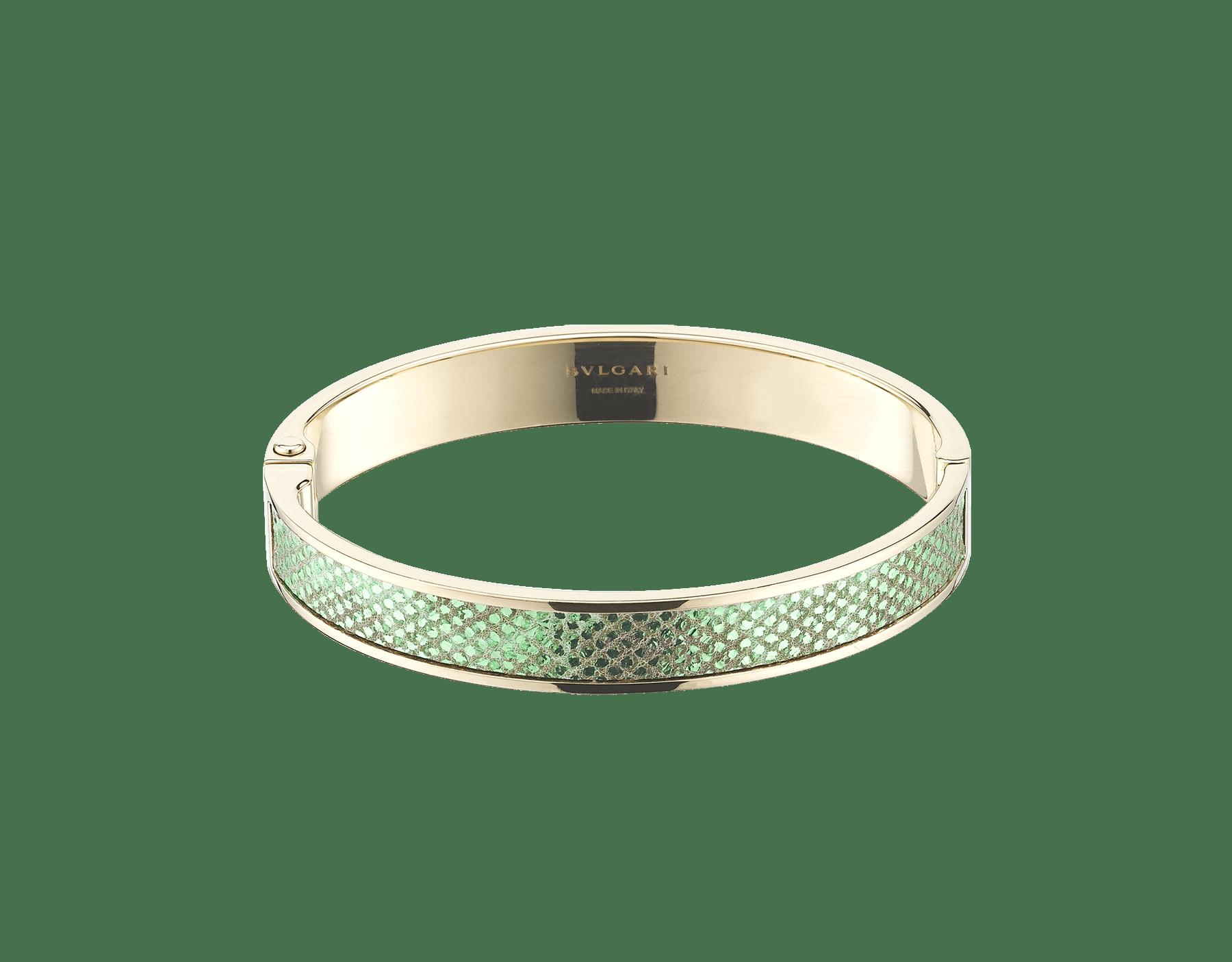 Nouveau bracelet jonc BVLGARI BVLGARI en or rehaussé d'un élément en karung métallisé couleur menthe ainsi que d'un fermoir à charnière orné du logo BVLGARI. Gravure logo à l'intérieur. HINGEBBBRACLT-MK-M image 1