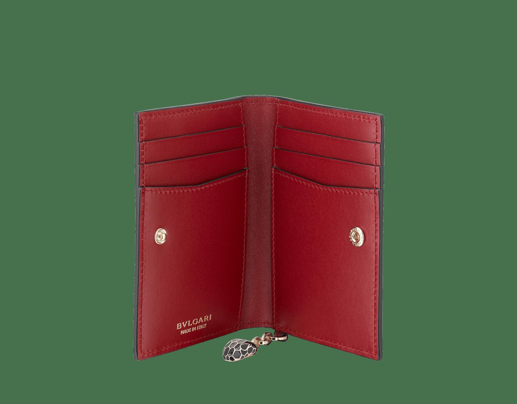 Étui pour cartes de crédit à deux volets Serpenti Forever en karung métallisé couleur rouge rubis. Bijou Serpenti emblématique en émail noir et argenté scintillant avec yeux en émail noir SEA-CC-HOLDER-FOLD-MKb image 2