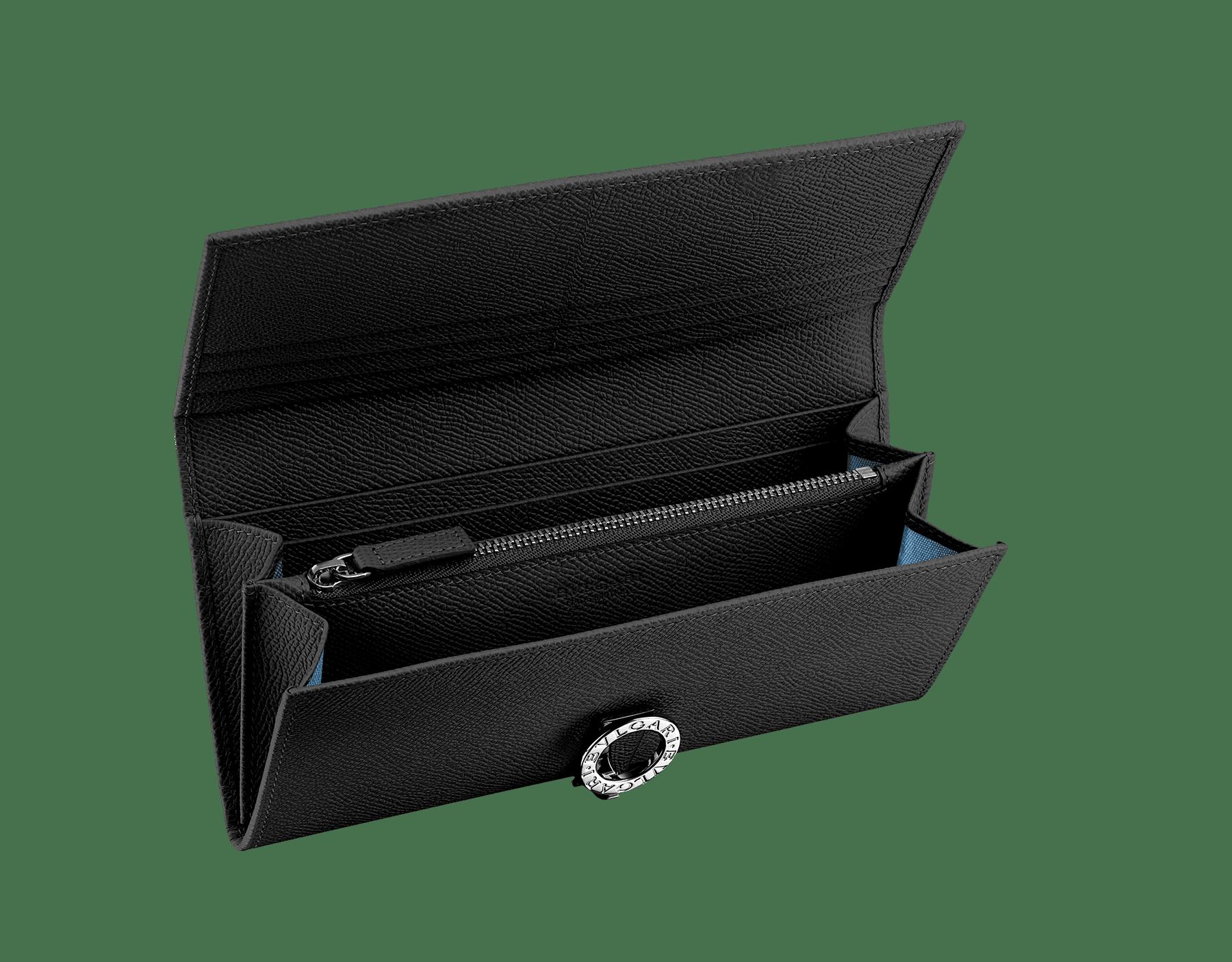 ブラックのグレインレザー製ウォレットポシェット。パラジウムプレート金具付き。フラップカバー、クレジットカードスロット9枚分、紙幣入れ×2、中央にファスナー付き小銭入れ×1。小銭入れの内側は、ブルーの生地。カラーバリエーションあり。19 x 9 cm 35939 image 2