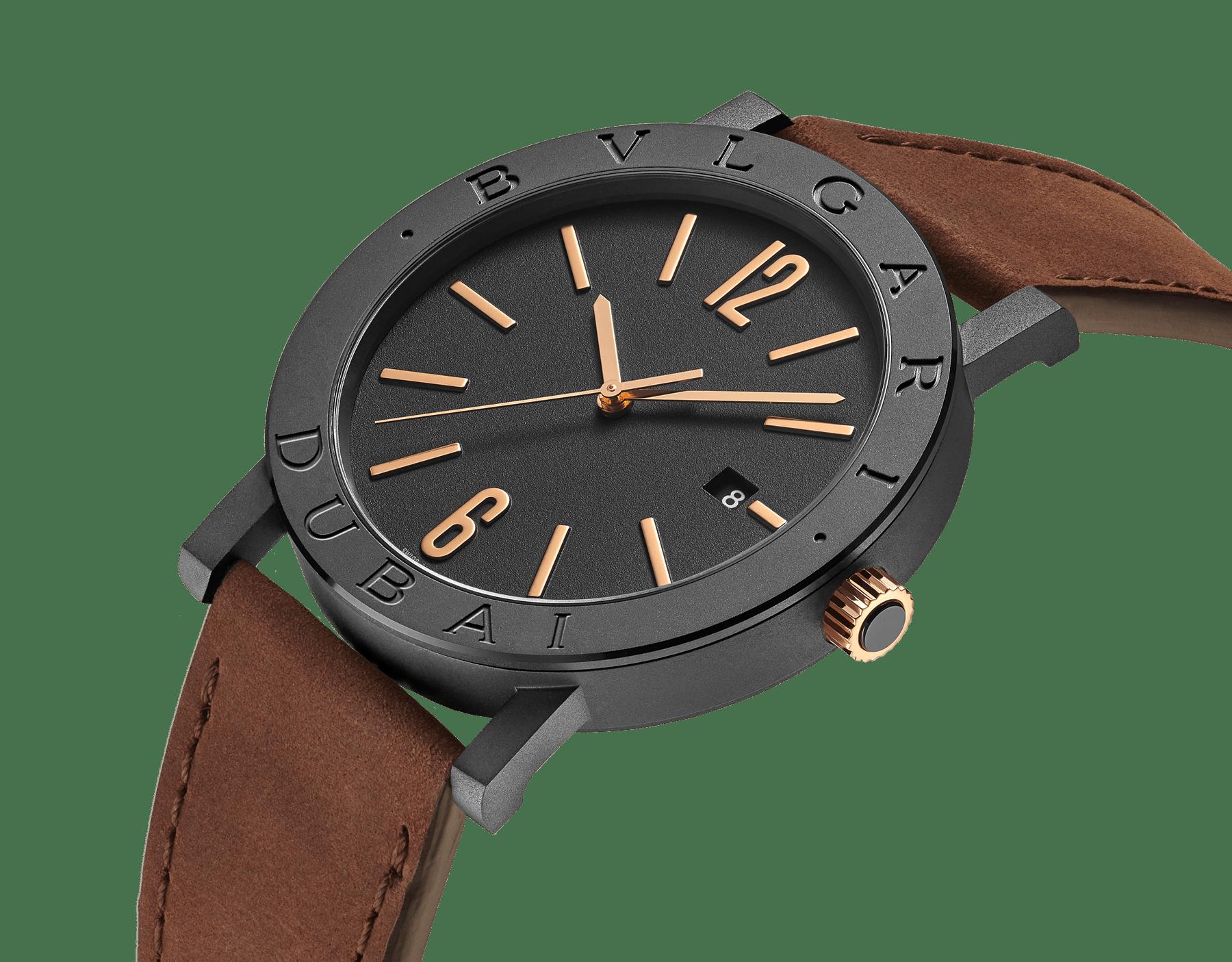 """ساعة """"بولغري بولغري سيتيز سبيشل إيديشن، DUBAI"""" بآلية حركة ميكانيكية مصنّعة من قبل بولغري، تعبئة أوتوماتيكية، آلية BVL 191.، علبة الساعة من الفولاذ المعالج بالكربون الأسود الشبيه بالألماس مع نقش """"BVLGARI DUBAI"""" على إطار الساعة، غطاء خلفي شفاف، ميناء مطلي بالمينا الأسود الخشن ومؤشرات الساعة من الذهب الوردي، سوار من جلد العجل البني، وسوار قابل للتبديل من المطاط الأسود. 103225 image 4"""