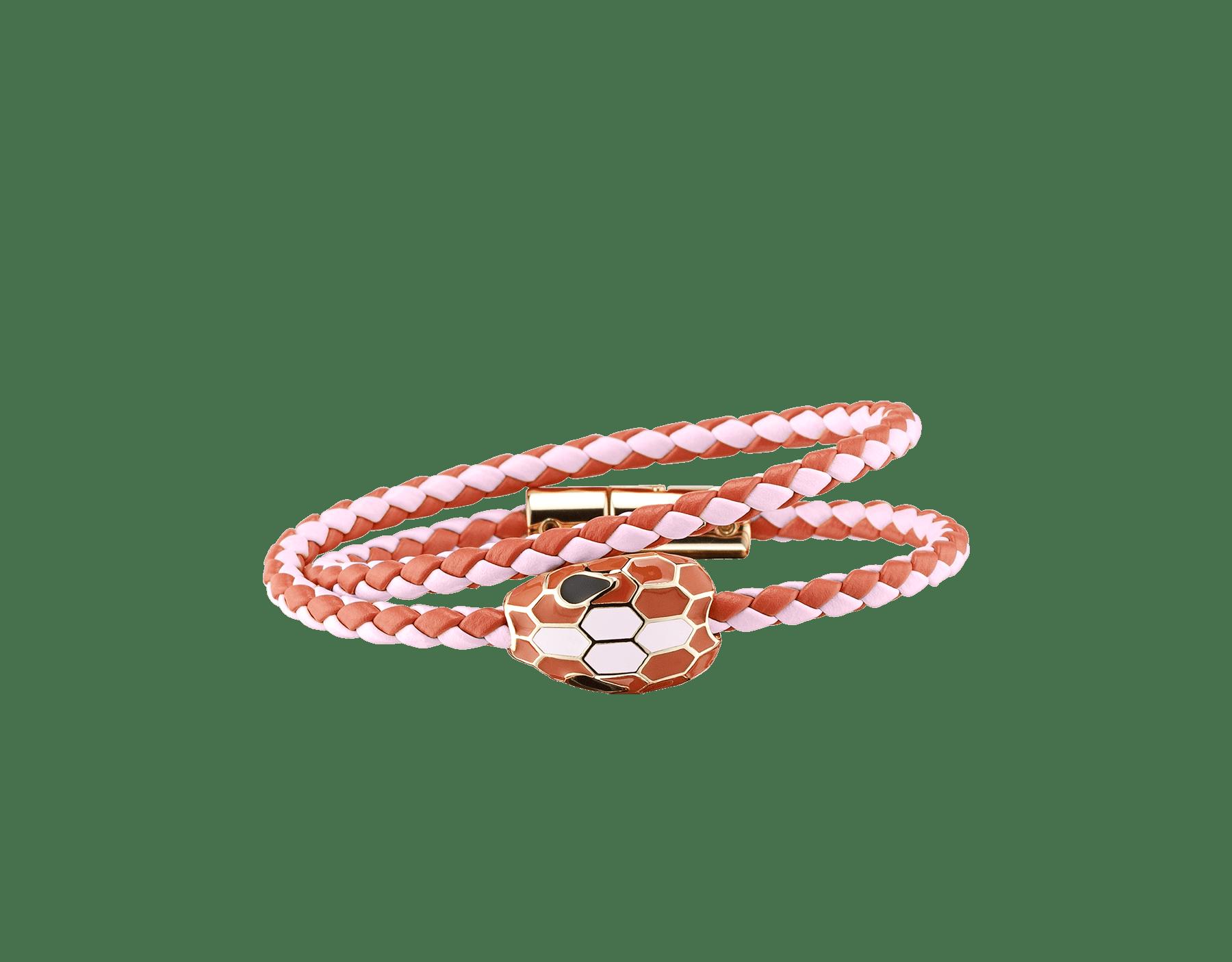 Serpenti Forever 多圈編穗手環,採用法國玫瑰色和帝王拓帕石色編織小牛皮,經典蛇頭元素飾以黑色和法國玫瑰色琺瑯。 SerpDoubleBraid-WCL-RdFIT image 1