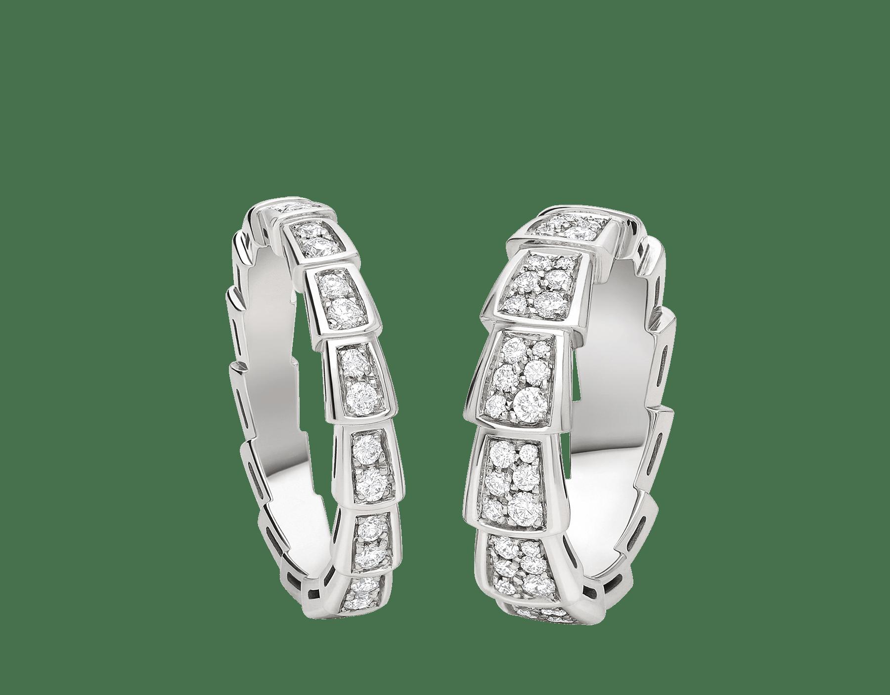 Serpenti Viper Ringe für Paare mit unterschiedlicher Höhe aus 18 Karat Weißgold, beide voll ausgefasst mit Diamanten. Ein faszinierendes Ring-Set, das ein hypnotisierendes Design mit der unwiderstehlichen Anziehungskraft der Schlange verschmelzen lässt. SERPENTI-VIPER-COUPLES-RINGS-5 image 1