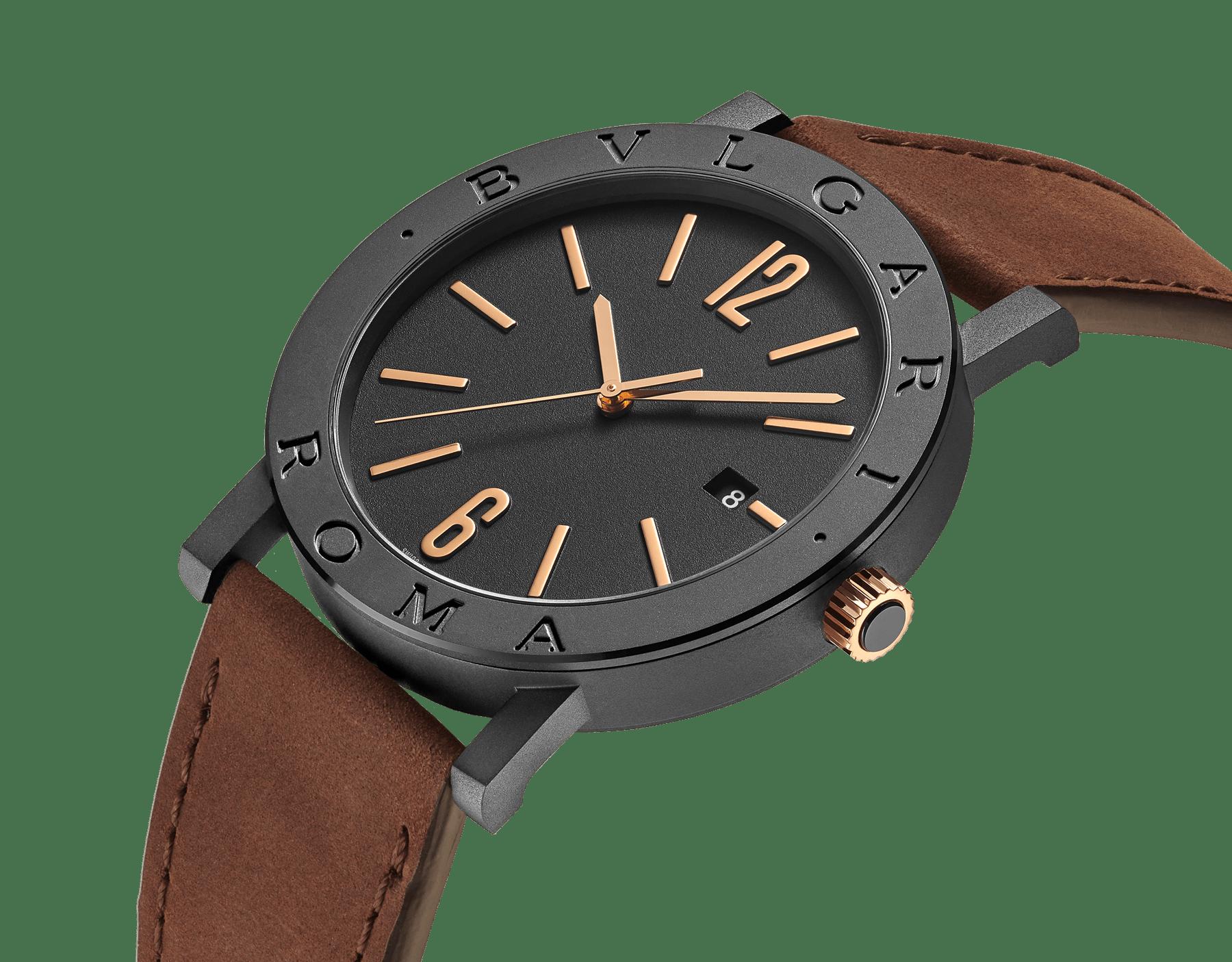 """ساعة """"بولغري بولغري سيتيز سبيشل إيديشن، ROMA"""" بآلية حركة ميكانيكية مصنّعة من قبل بولغري، تعبئة أوتوماتيكية، آلية BVL 191.، علبة الساعة من الفولاذ المعالج بالكربون الأسود الشبيه بالألماس مع نقش """"BVLGARI ROMA"""" على إطار الساعة، غطاء خلفي شفاف، ميناء مطلي بالمينا الأسود الخشن ومؤشرات الساعة من الذهب الوردي، سوار من جلد العجل البني، وسوار قابل للتبديل من المطاط الأسود. 103219 image 4"""