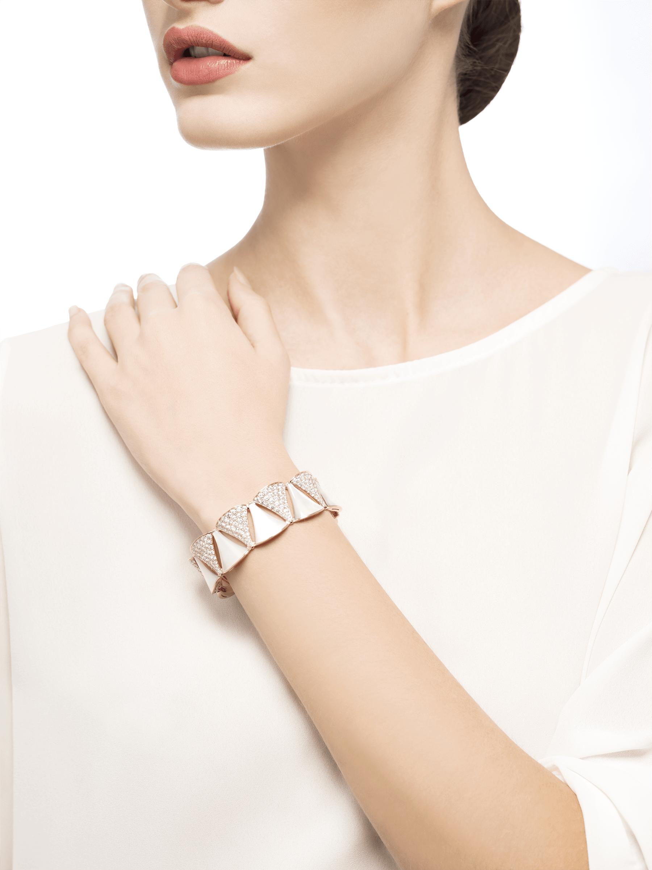 Produzida com o brilho de diamantes e a elegância etérea da madrepérola, a pulseira DIVAS' DREAM envolve o pulso com a pureza da beleza feminina. BR856837 image 2