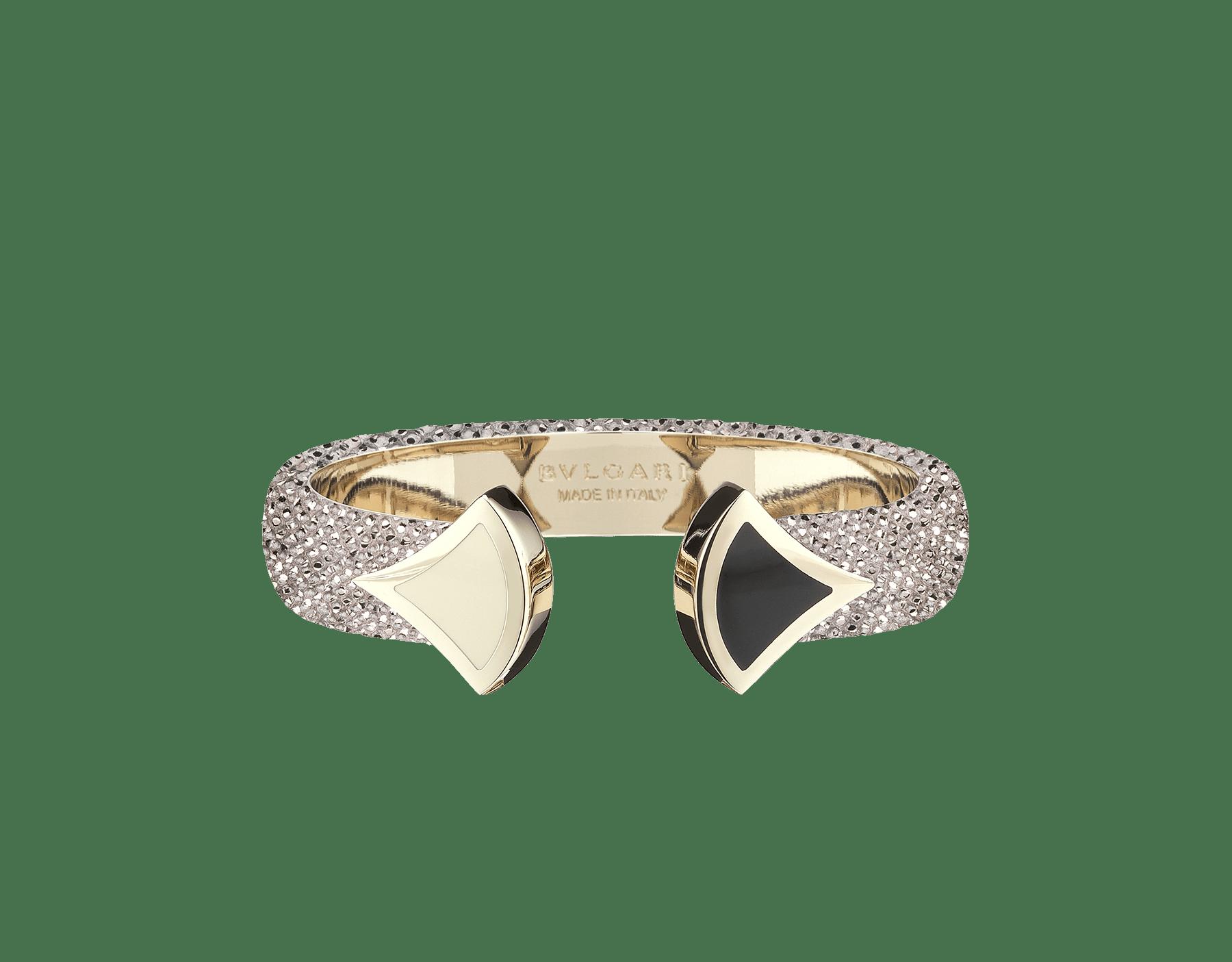 Pulsera de piel de galuchat en color zafiro real con emblemático cierre Contraire con motivo DIVAS' DREAM de latón bañado en oro claro y esmalte blanco y negro. DIVA-CONTRAIR-M image 3
