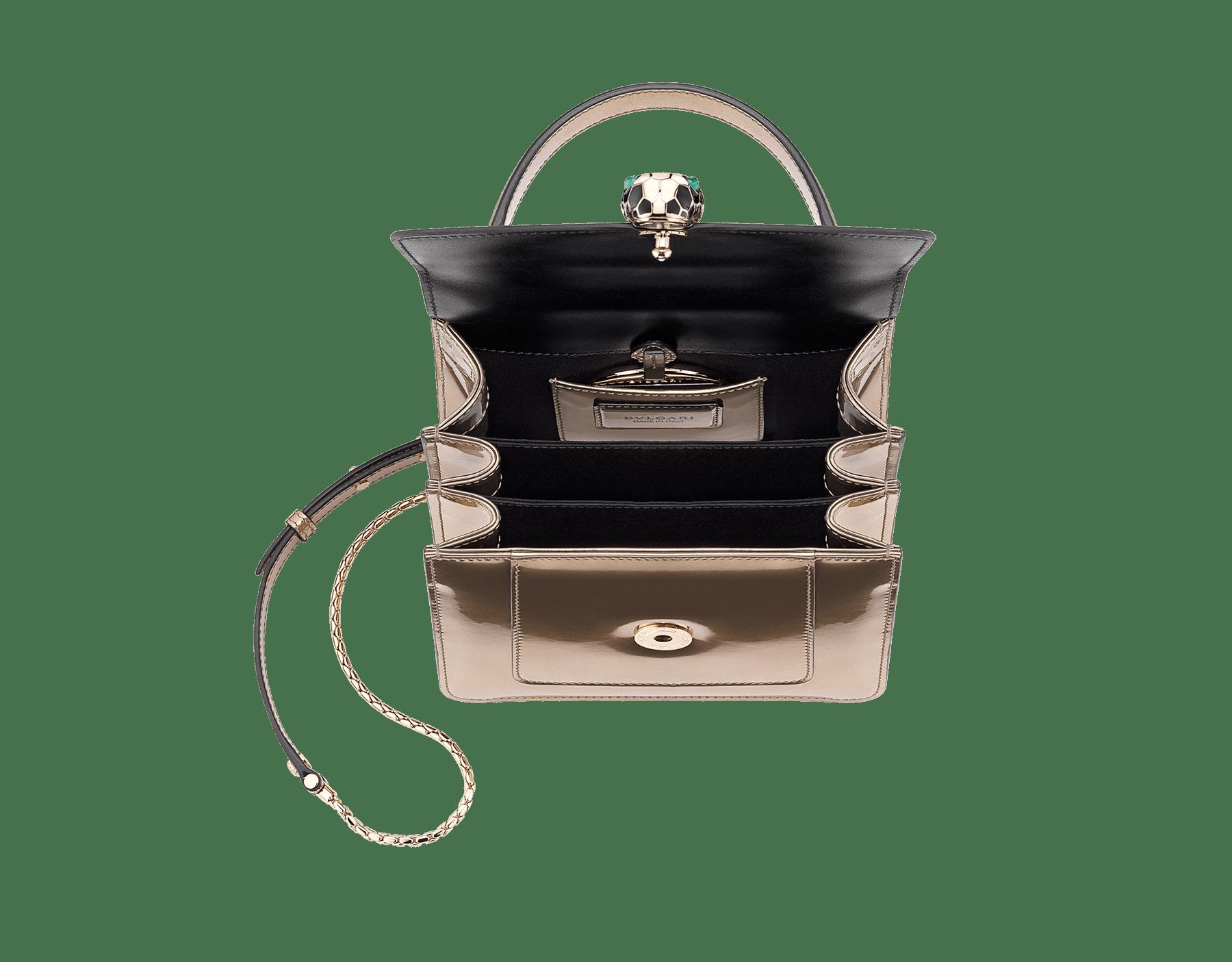 Serpenti Forever Tasche mit Umschlag aus gebürstetem bronzefarbenen Metallic-Kalbsleder. Hellvergoldete Metallelemente aus Messing und Schlangenkopfverschluss aus schwarzer und weißer Emaille mit malachitgrünen Augen. Test-Borse-Colore image 4