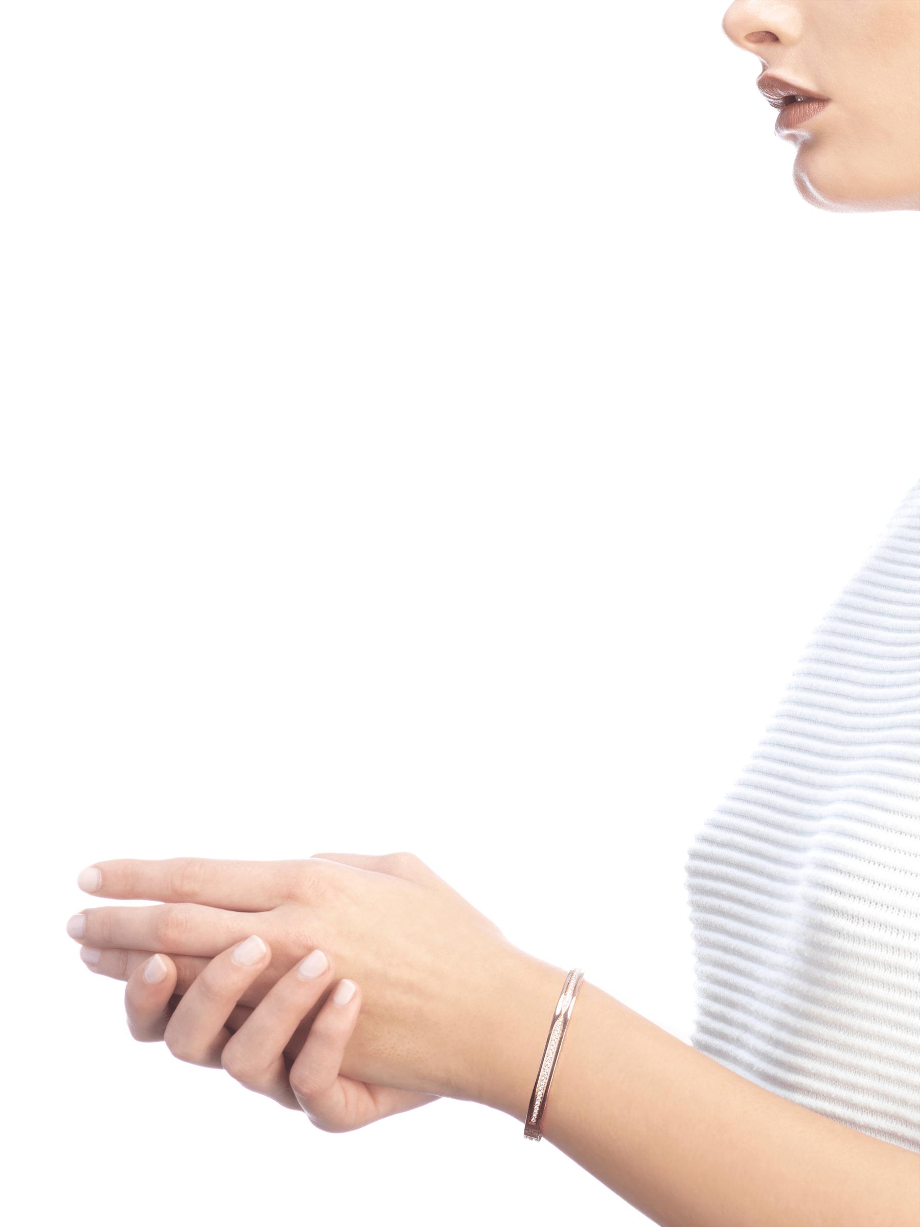 Mêlant spirale emblématique audacieuse et pavé diamants éclatant, le bracelet jonc B.zero1 dévoile une personnalité polyvalente et une élégance contemporaine. BR857372 image 5