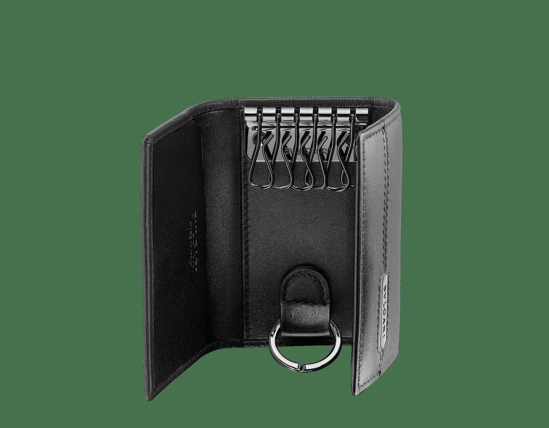 Porte-clés Serpenti Scaglie en cuir de veau éraflé couleur Mimetic Jade et cuir de veau noir. Plaque hexagonale en métal Scaglie au fini ruthénium foncé ornée du logo Bvlgari gravé. 581-KEYHOLDER-CAR image 2