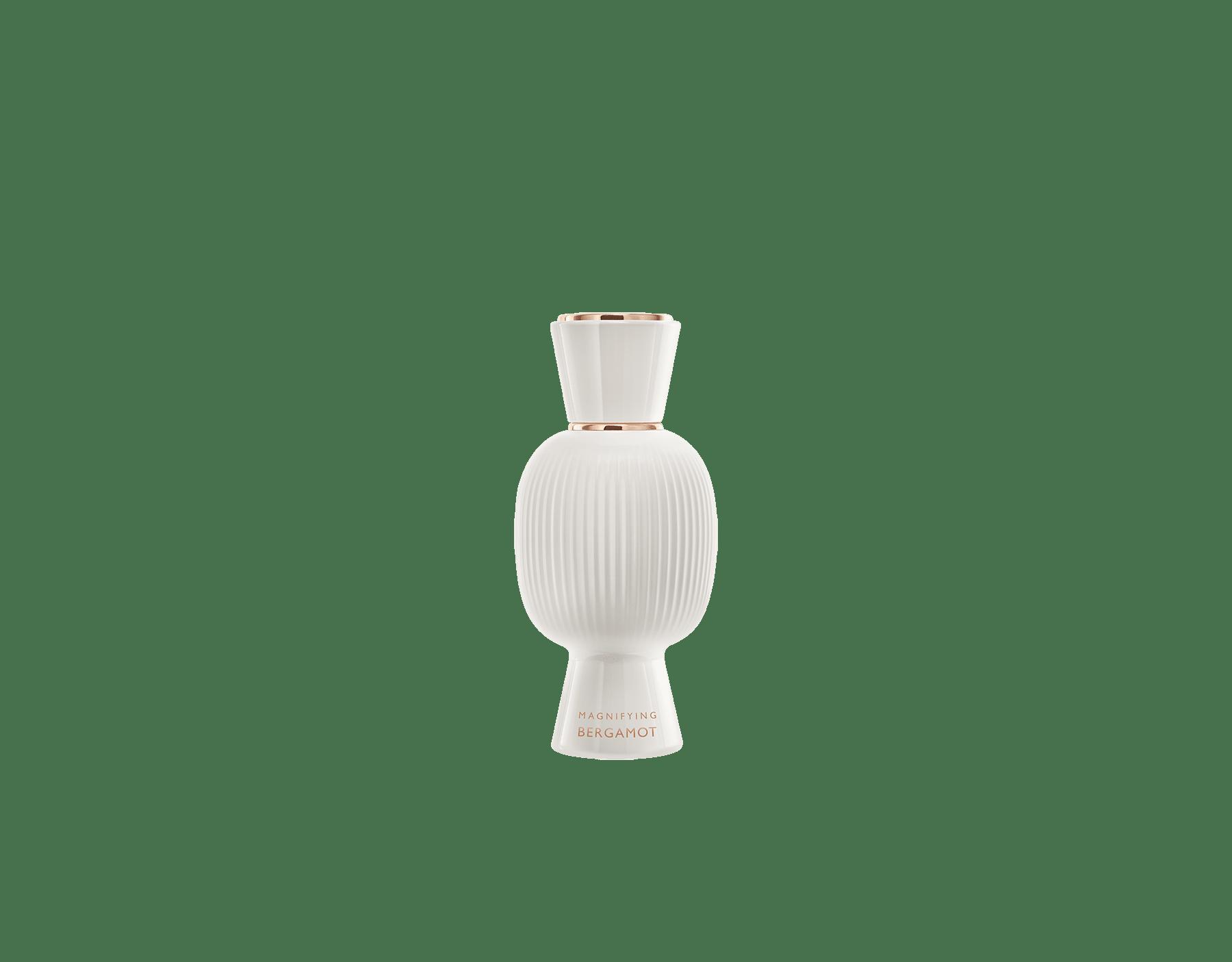 Una exclusiva combinación de perfumes, tan audaz y única como usted. El Eau de Parfum floriental licoroso Rock'n'Rome de Allegra se combina con el alegre frescor de la Magnifying Bergamot Essence, creando un irresistible perfume femenino personalizado.  Perfume-Set-Rock-n-Rome-Eau-de-Parfum-and-Bergamot-Magnifying image 3