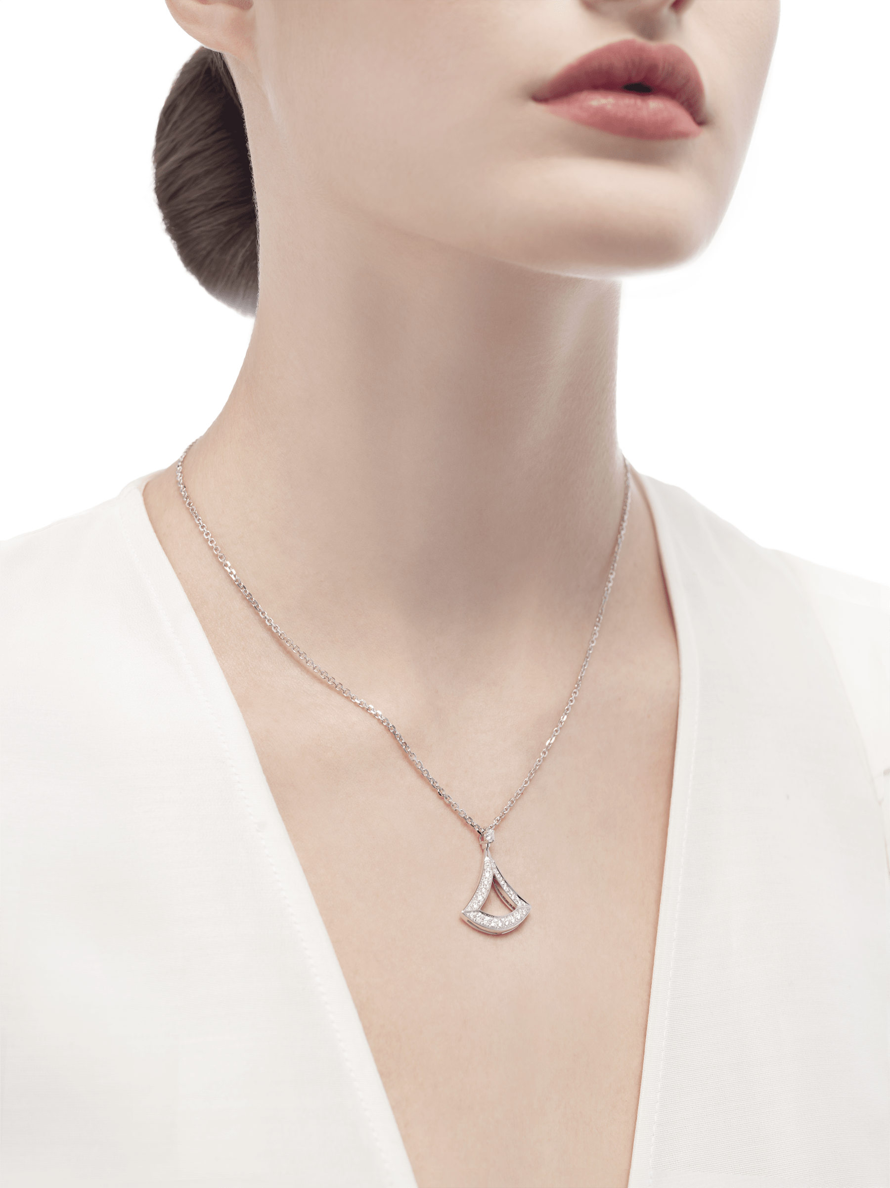 DIVAS' DREAM openwork necklace in 18 kt white gold with 18 kt white gold pendant set with pavé diamonds. 354047 image 3
