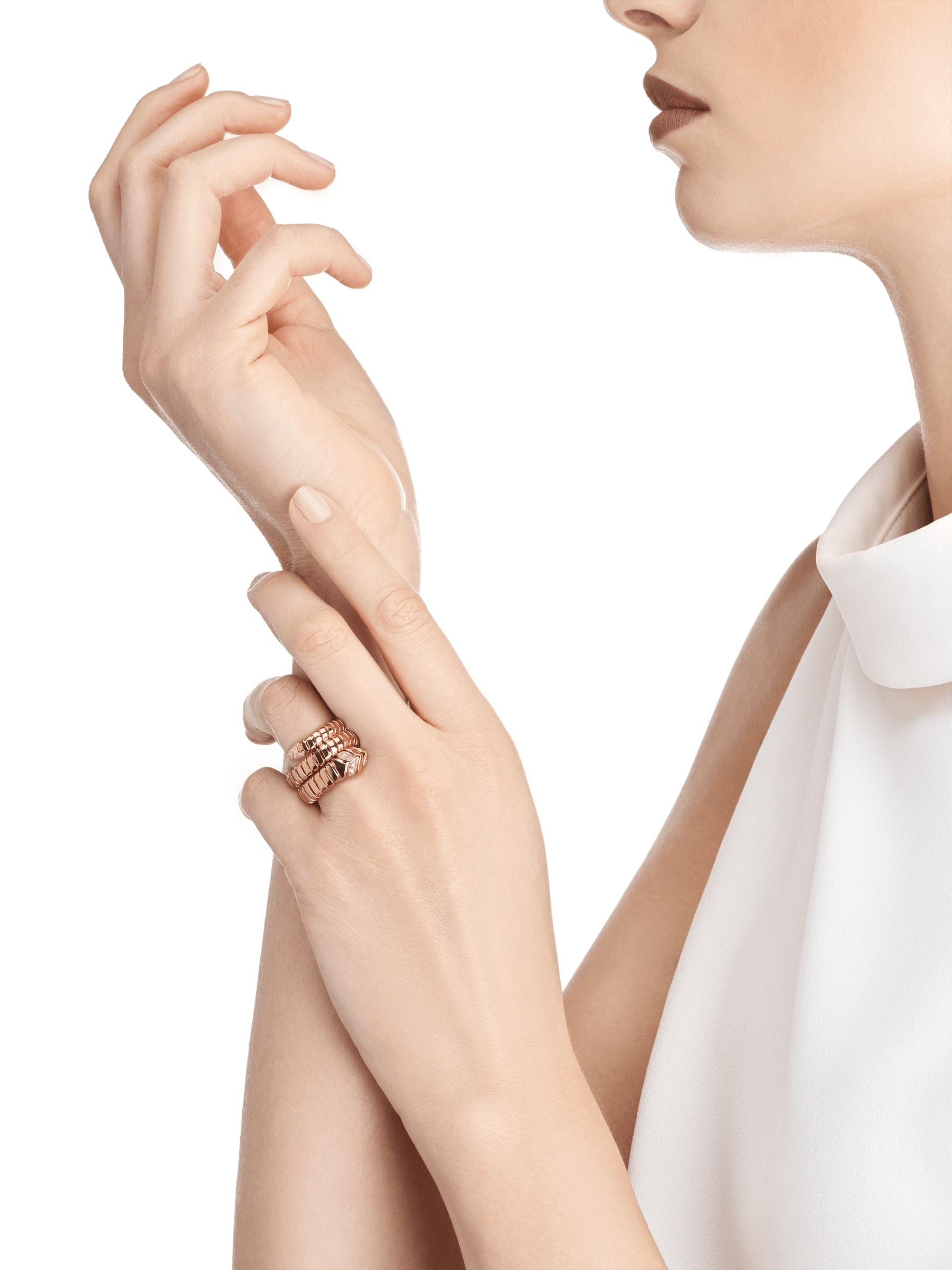 Associant le motif du serpent à la technique Tubogas pour créer une nouvelle forme de séduction, la bague Serpenti s'enroule autour du doigt avec la féminité de l'or rose et le glamour éclatant du pavé diamants. AN856571 image 3