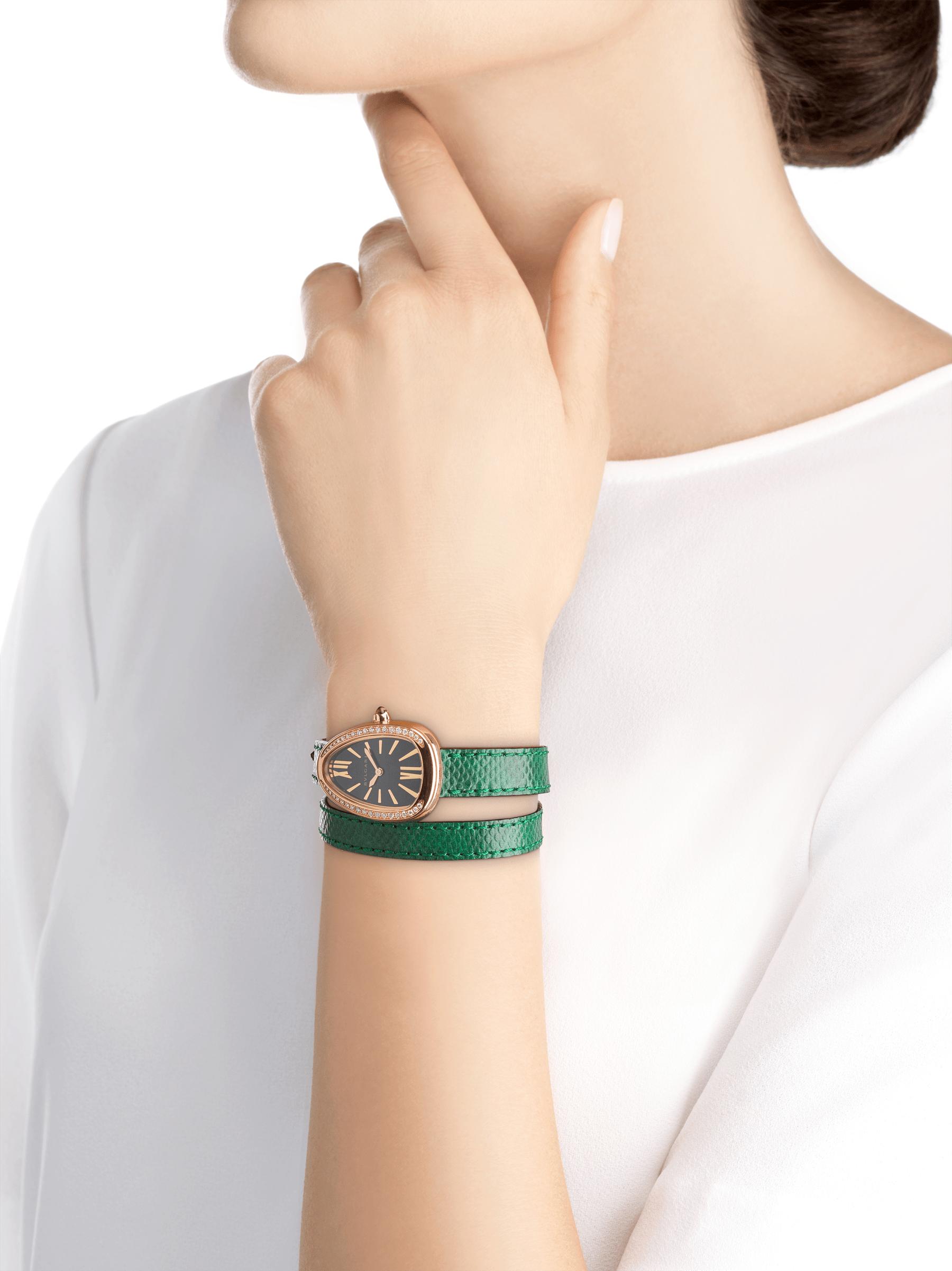 Relógio Serpenti com caixa em ouro rosa 18K cravejada com diamantes redondos lapidação brilhante, mostrador preto laqueado e pulseira de duas voltas intercambiável em couro karung verde 102918 image 3
