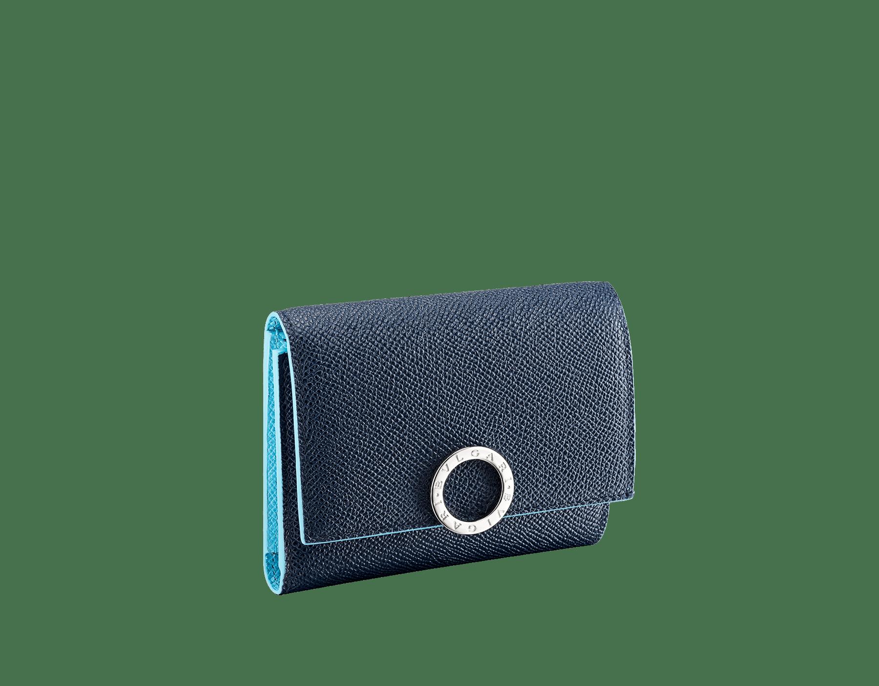 Portefeuille compact pour homme BVLGARI BVLGARI en cuir de veau grainé couleur bleu Denim Sapphire et couleur bleu clair Aegean Topaz. Fermoir emblématique orné du logo Bvlgari en laiton. BCM-YENCOMPACTZP image 1