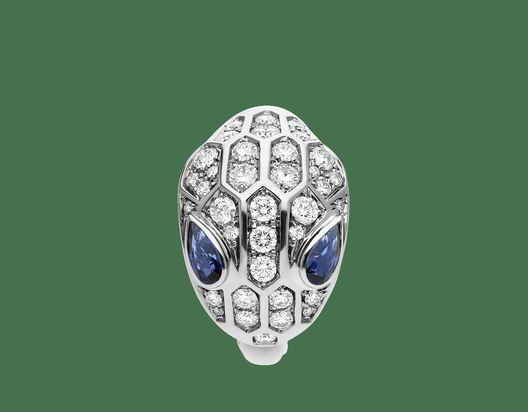 Em uma interpretação texturizada das escamas de uma serpente, o anel Serpenti brilha com sua pele de diamantes cravejados e com o poder de atração de seus magnéticos olhos de safira azul. AN857879 image 2