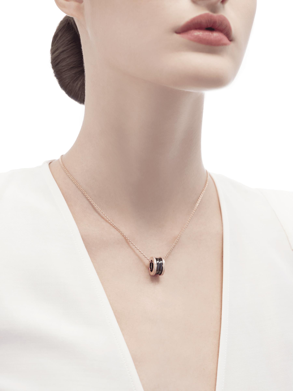 Con la emblemática espiral elaborada con cerámica negra y pavé de diamantes alrededor de una cadena en oro rosa, el collar B.zero1 fusiona su distintivo diseño con la elegancia contemporánea. 350056 image 4