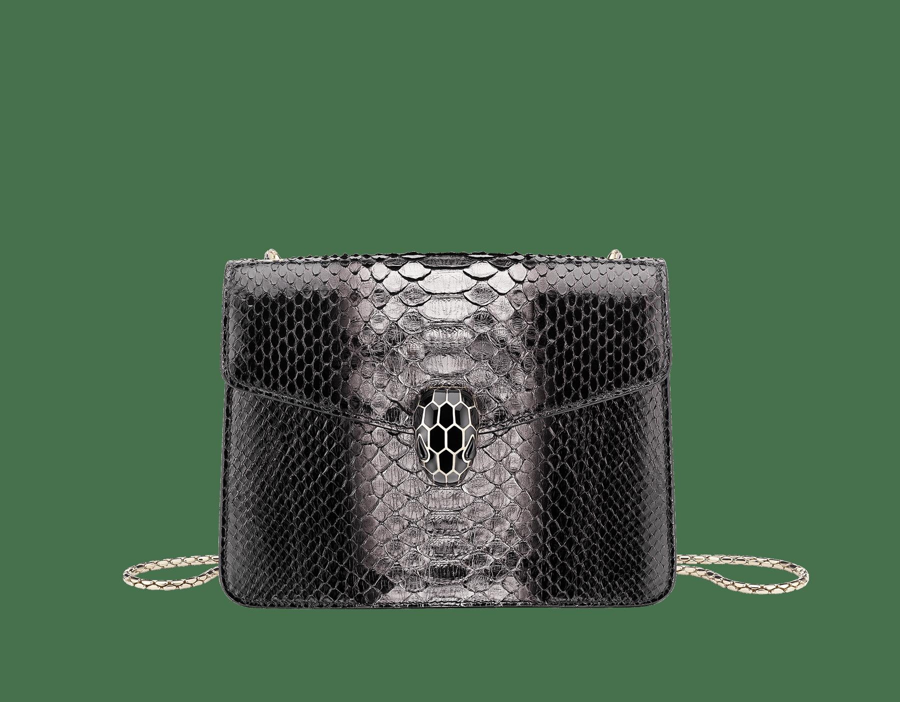 Serpenti Forever 斜背包採用黑色和銀色光影蟒皮。淡金色黃銅蛇頭扣環飾以黑色琺瑯,蛇眼鑲飾黑色縞瑪瑙。 288108 image 1