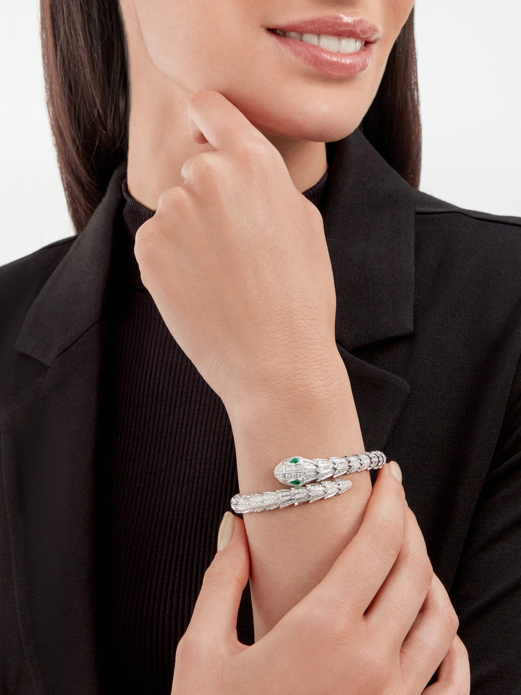 Serpenti Armband aus 18 Karat Weißgold mit Diamant-Pavé und zwei Augen aus Smaragden BR858734 image 4