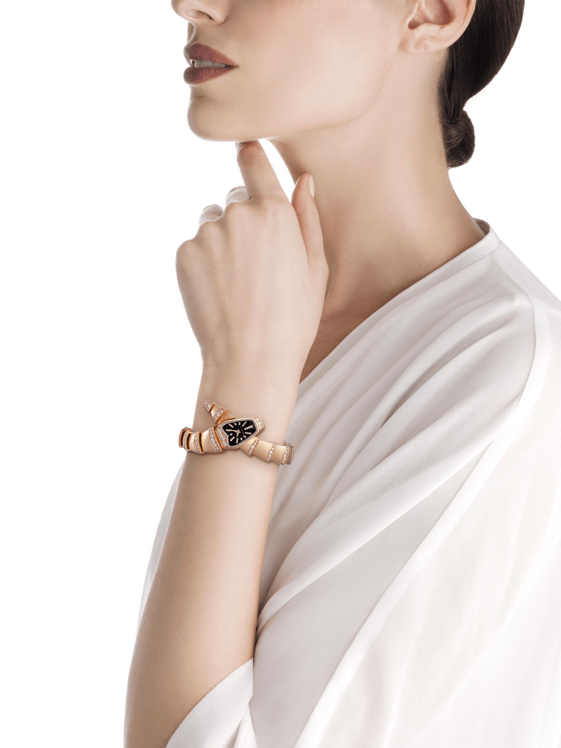 Reloj joya Serpenti con caja y brazalete de una vuelta en oro rosa de 18qt, ambos con diamantes talla brillante engastados, esfera de cristal de zafiro negro y diamantes talla brillante engastados como índices. 102344 image 2