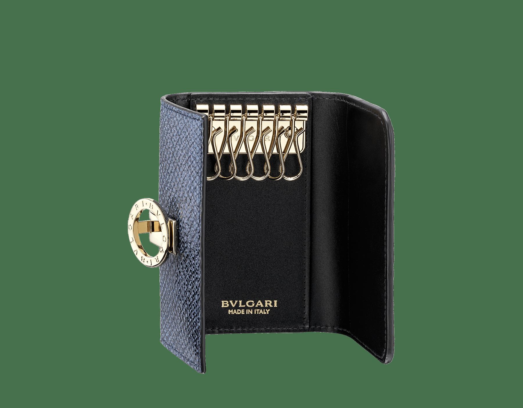Petit porte-clés BVLGARI BVLGARI en karung métallisé couleur bleu Midnight Sapphire et cuir de veau noir. Fermoir emblématique orné du logo BVLGARI BVLGARI en laiton doré. 579-KEYHOLDER-S-MK image 2