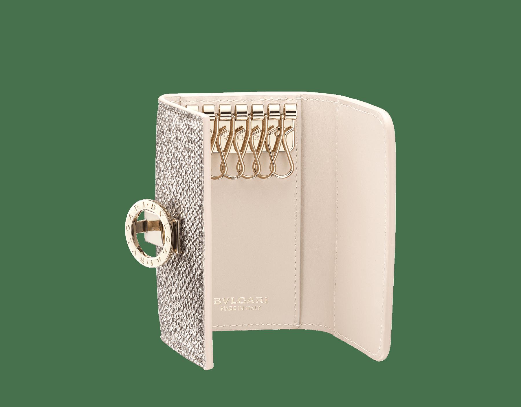 Porta-chaves pequeno BVLGARIBVLGARI em couro karung opala-leitosa metálico e couro de novilho opala-leitosa, com napa coral-estrela-do-mar. Icônico fecho de clipe com logotipo em metal banhado a ouro claro. 288284 image 2