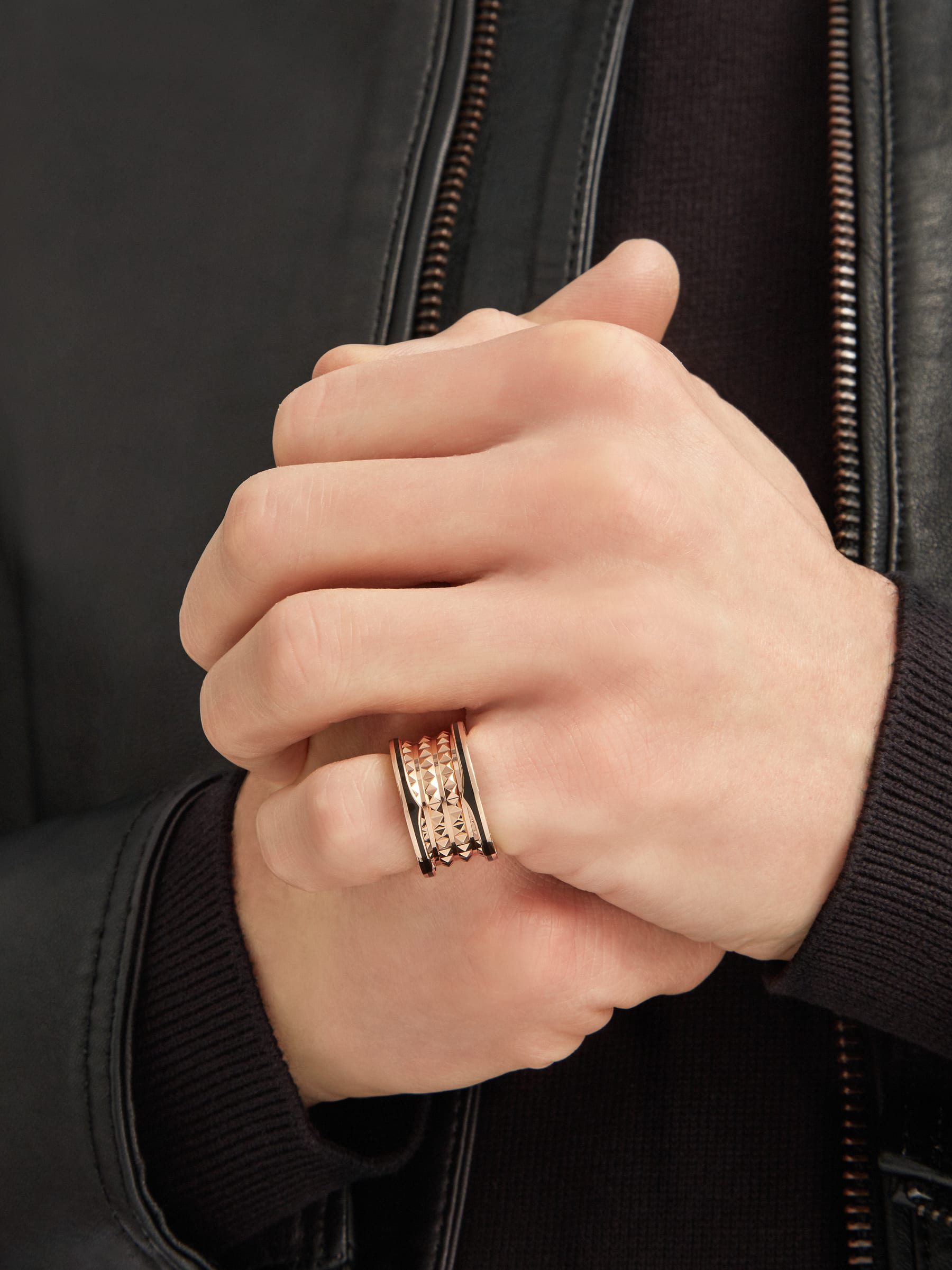 B.zero1 Rock four-band ring in 18 kt rose gold with studded spiral and black ceramic inserts on the edges. AN859089 image 5