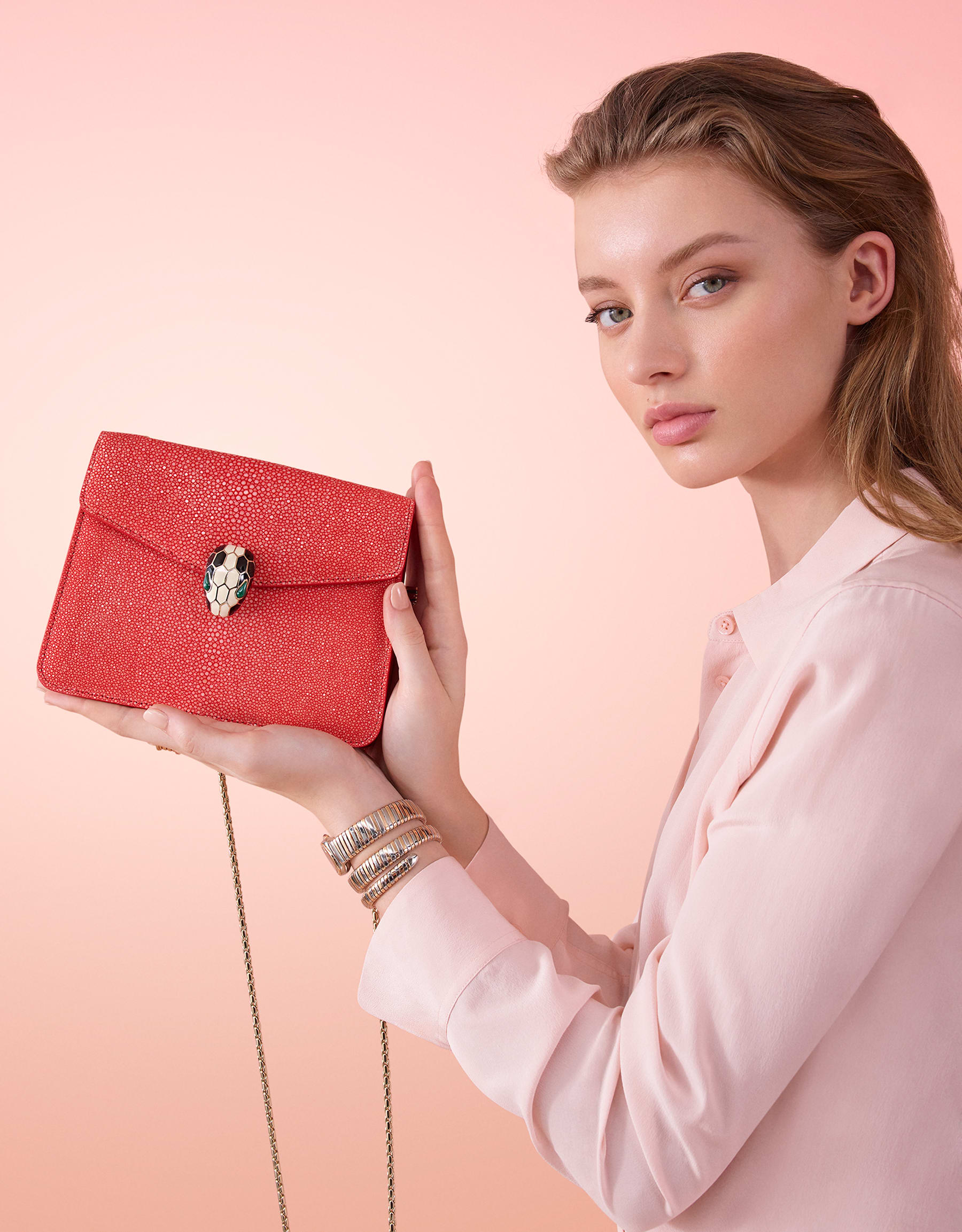 Serpenti Forever crossbody bag in sea star coral galuchat skin. Snakehead closure in light gold plated brass decorated with black and white enamel, and green malachite eyes. 288059 image 5