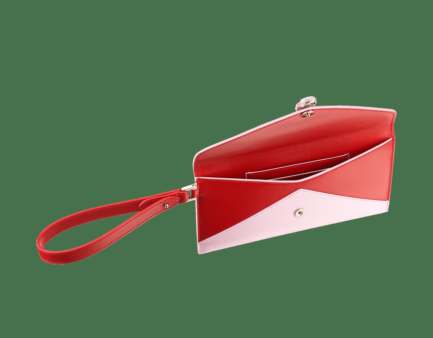 Serpenti Forever 信封型手拿包,採用洋紅碧玉色小牛皮和法國玫瑰色羊皮。經典蛇頭元素飾以法國玫瑰色和洋紅碧玉色琺瑯,蛇眼鑲飾黑色縞瑪瑙。 289461 image 2
