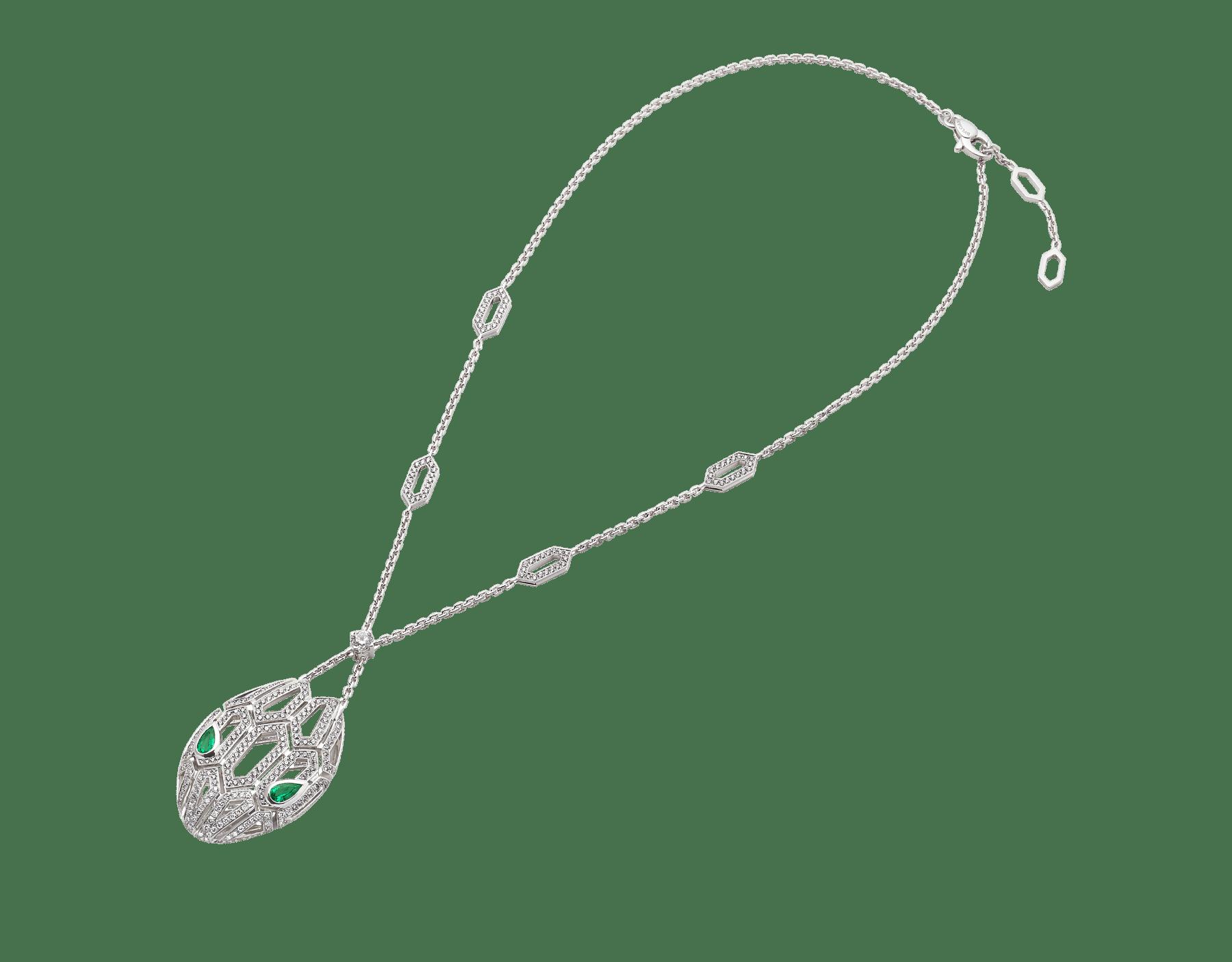 Sublimando as escamas de uma serpente com um encantador motivo hexagonal desenhado com diamantes cravejados, o colar Serpenti brilha com desejo e com o magnetismo irresistível de seus olhos de esmeralda. 352752 image 2