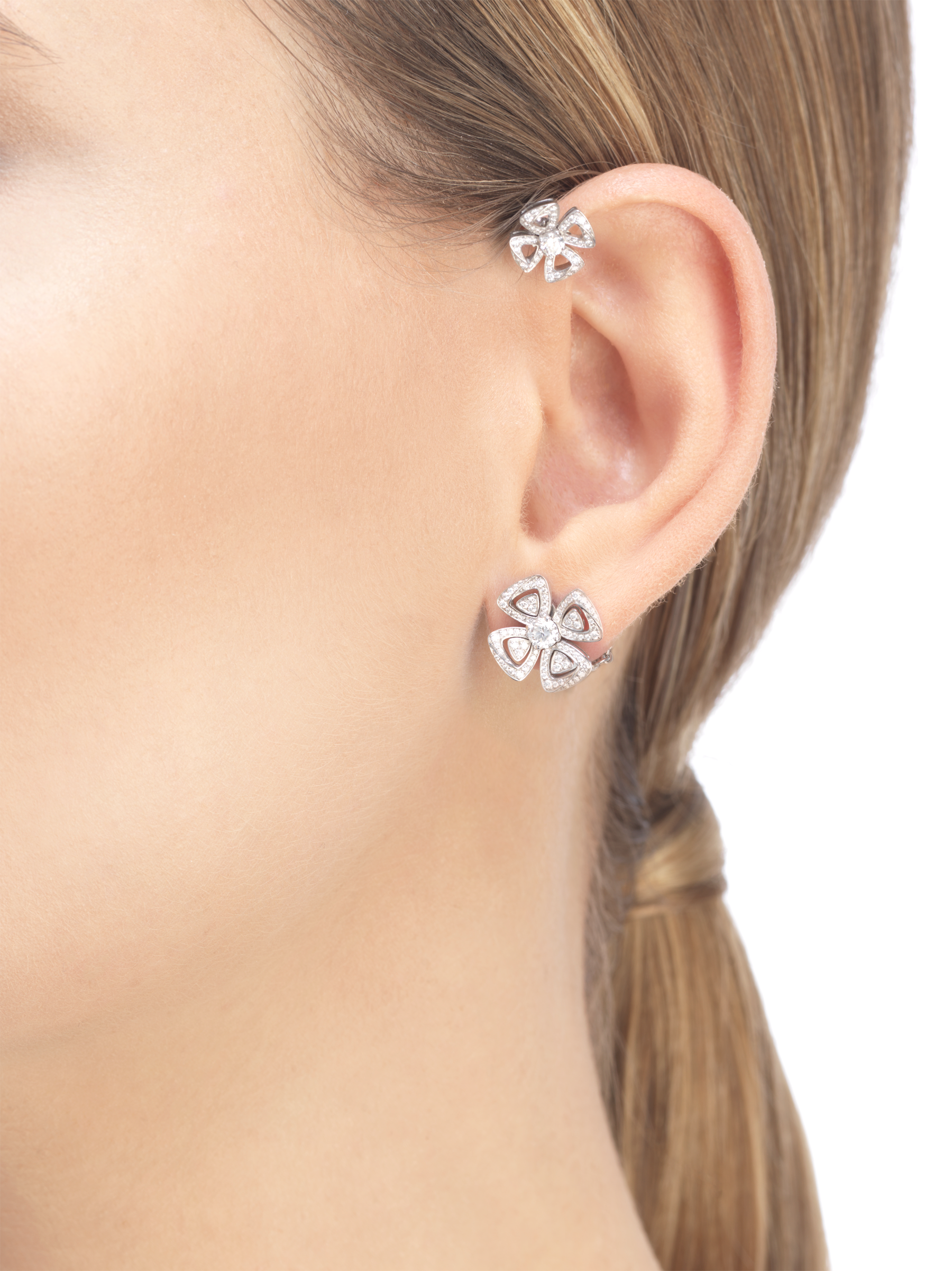 Fiorever 18 kt white gold single earring, set with two central diamonds and pavé diamonds. 354529 image 2