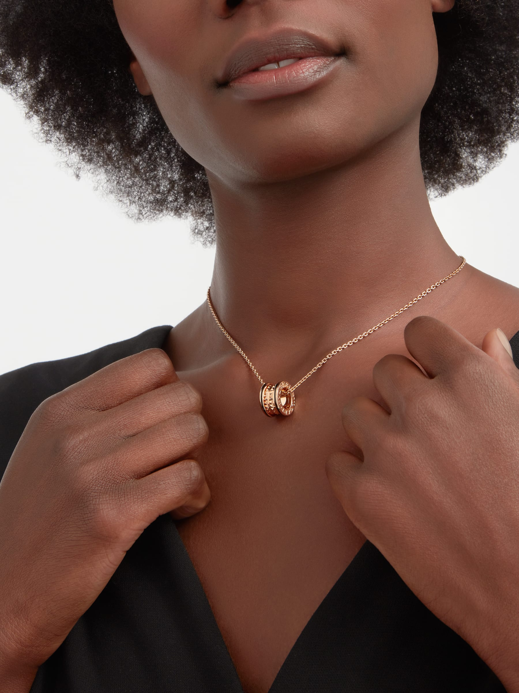 B.zero1 Rock 項鍊,搭配 18K 玫瑰金項墜,螺旋飾以鉚釘,外緣鑲飾黑色陶瓷。18K 玫瑰金鍊帶。 358054 image 1