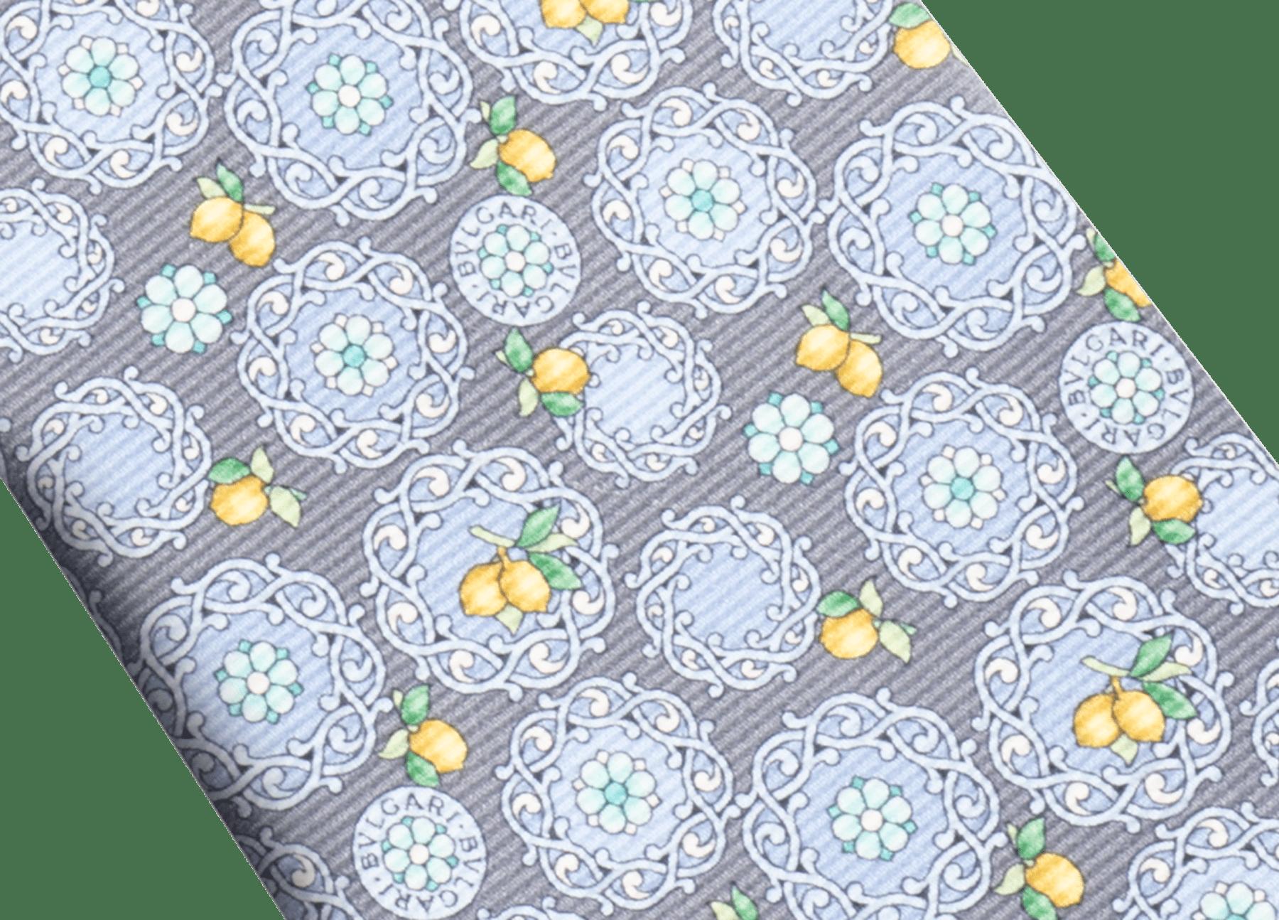 Cravatta sette pieghe grigia con motivo Lemon Capri in pregiata seta saglione stampata. 244164 image 2