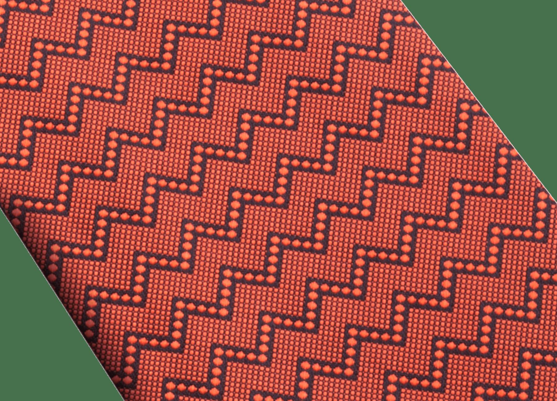 Cravatta color zafferano con motivo Double Peak in seta pregiata. 243890 image 2