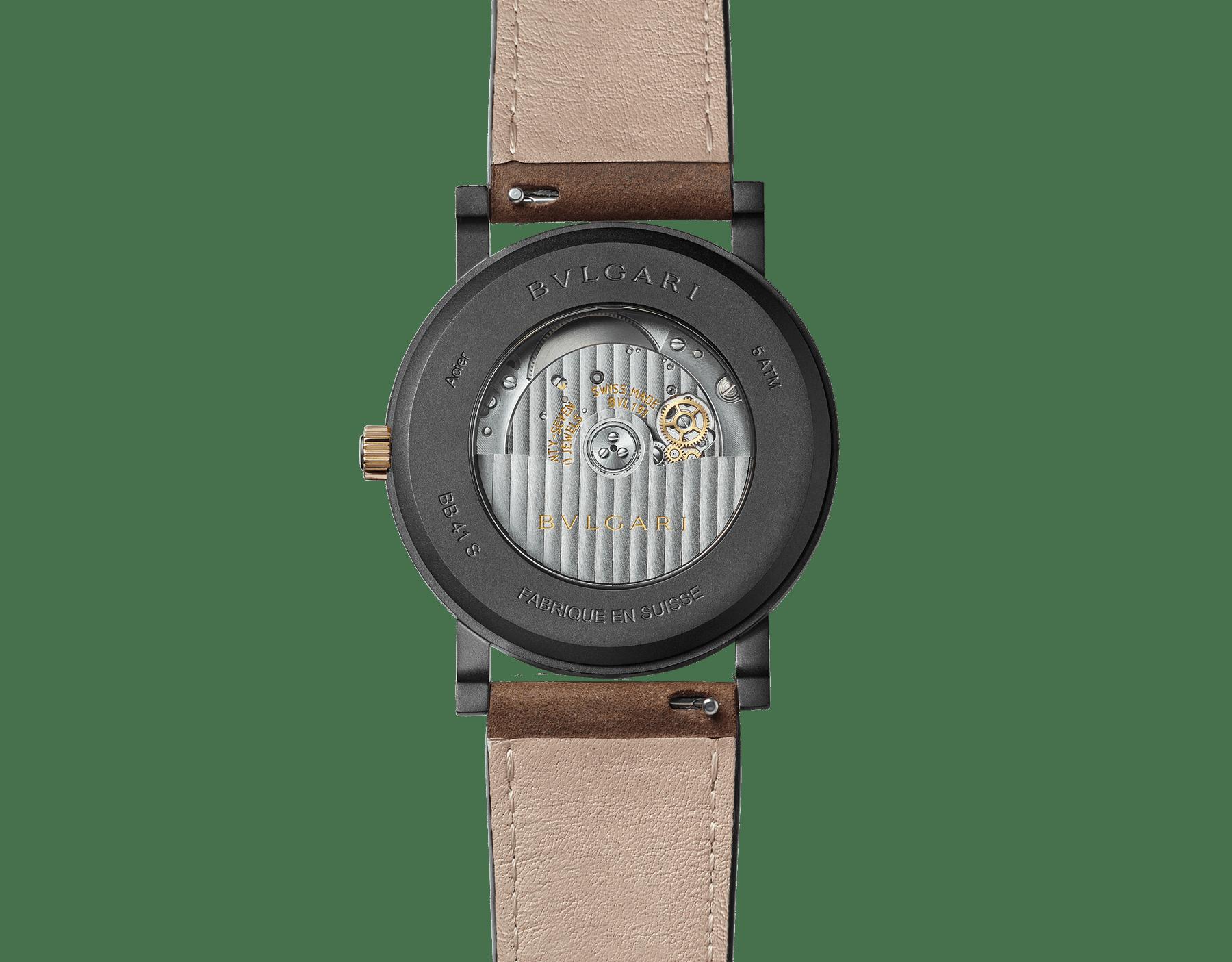 """ساعة """"بولغري بولغري سيتيز سبيشل إيديشن، ROMA"""" بآلية حركة ميكانيكية مصنّعة من قبل بولغري، تعبئة أوتوماتيكية، آلية BVL 191.، علبة الساعة من الفولاذ المعالج بالكربون الأسود الشبيه بالألماس مع نقش """"BVLGARI ROMA"""" على إطار الساعة، غطاء خلفي شفاف، ميناء مطلي بالمينا الأسود الخشن ومؤشرات الساعة من الذهب الوردي، سوار من جلد العجل البني، وسوار قابل للتبديل من المطاط الأسود. 103219 image 6"""