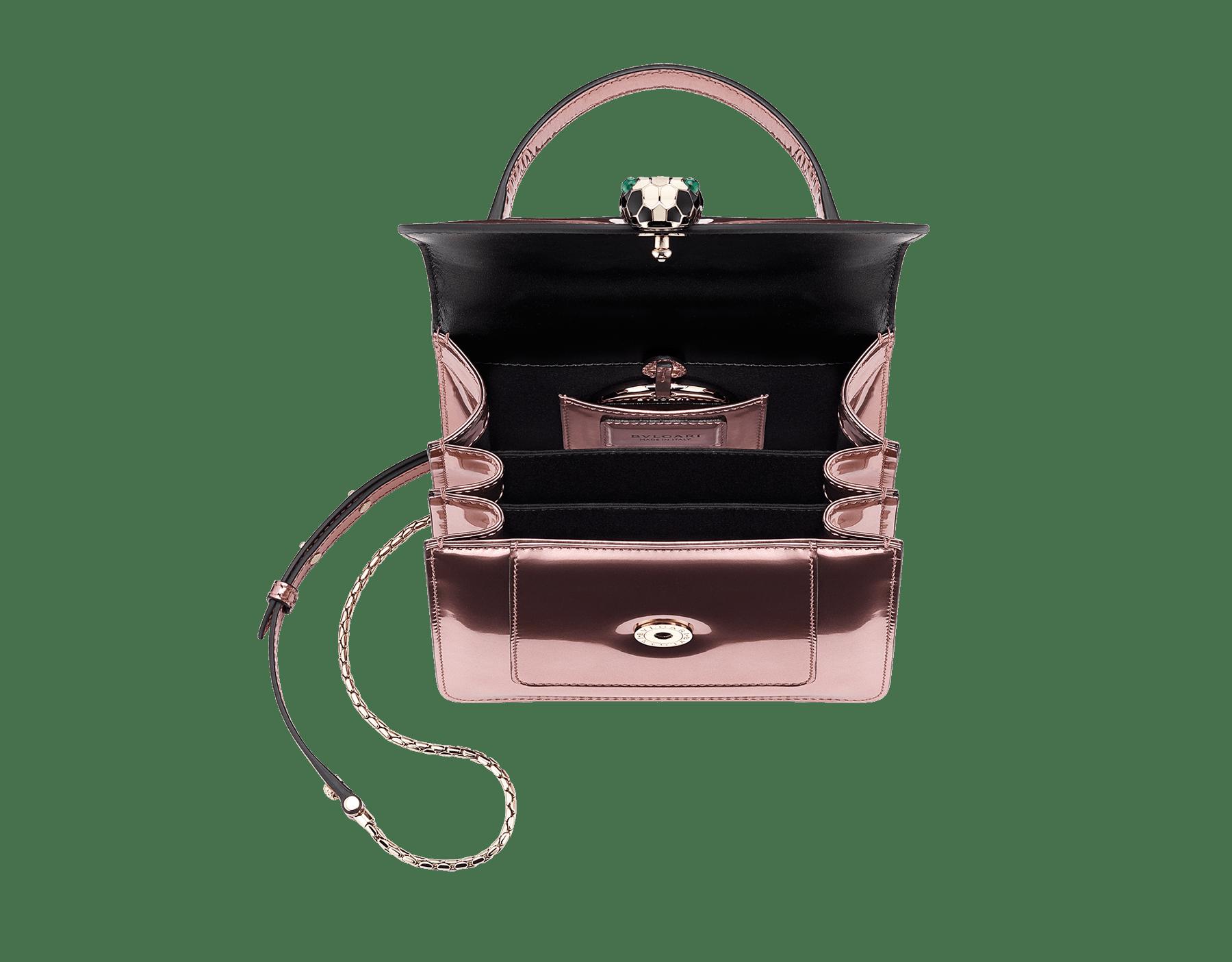Bolsa com aba Serpenti Forever em couro de novilho rosa-quartzo metálico escovado. Detalhes em latão banhado a ouro claro e fecho em formato de cabeça de serpente esmaltado preto e branco, com olhos de malaquita verde. 284802 image 5