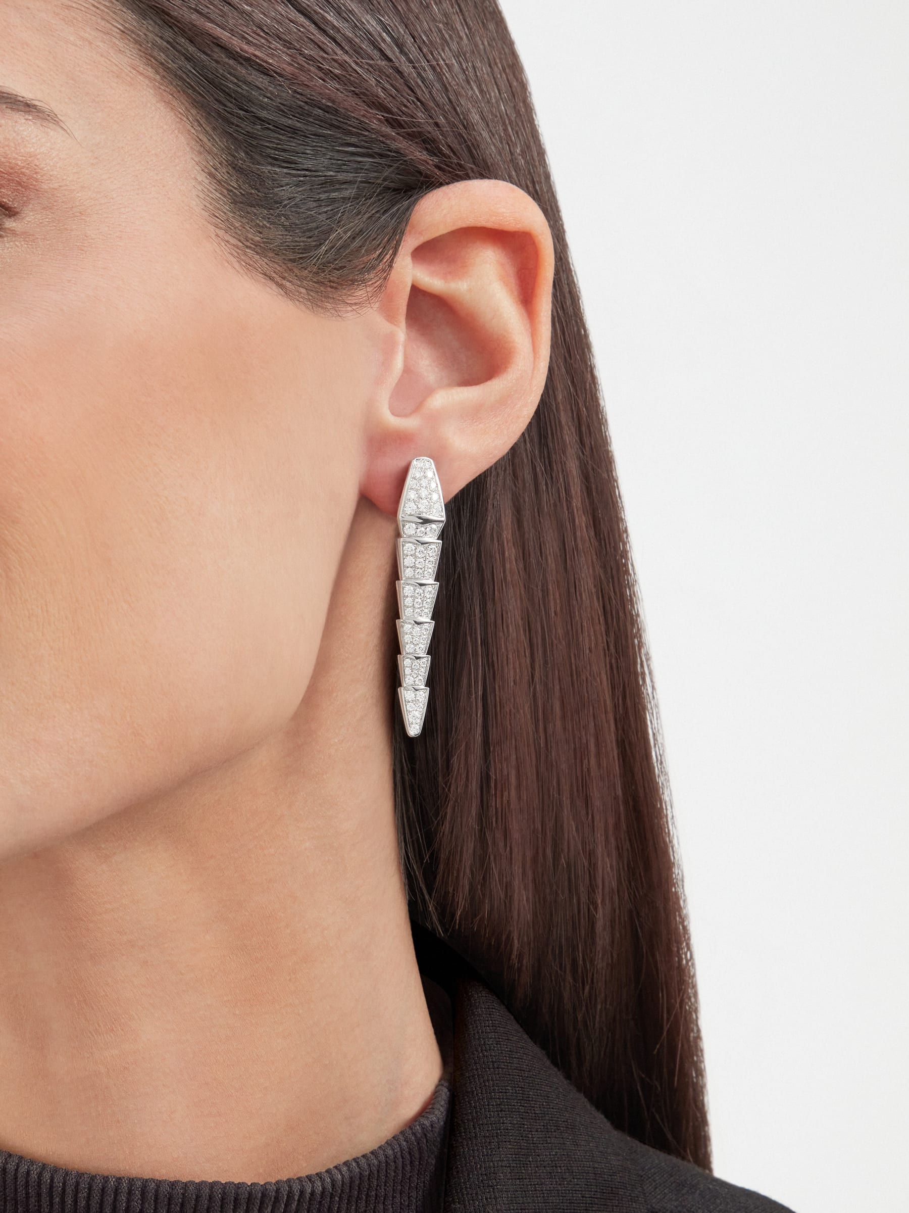 Serpenti Viper earrings in 18 kt white gold, set with full pavé diamonds. 348320 image 4