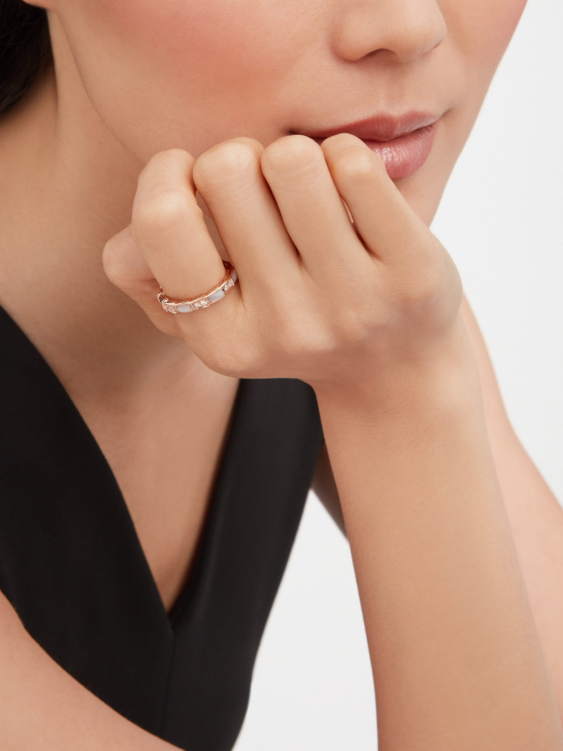 Serpenti Viper band Ring in 18 kt rose gold with Mother of Pearls and pavé diamonds . Width 4 mm AN858042 image 2