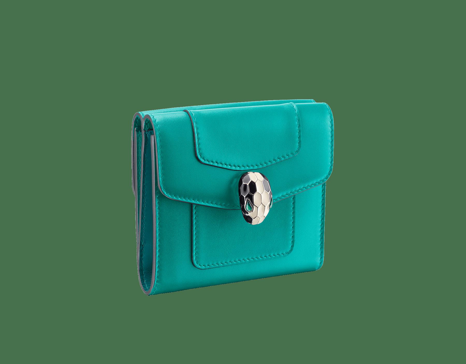 Portefeuille compact carré Serpenti Forever en cuir de veau couleur Tropical Turquoise et Deep Jade. Bijou Serpenti emblématique en émail noir et blanc avec yeux en malachite. 288007 image 1