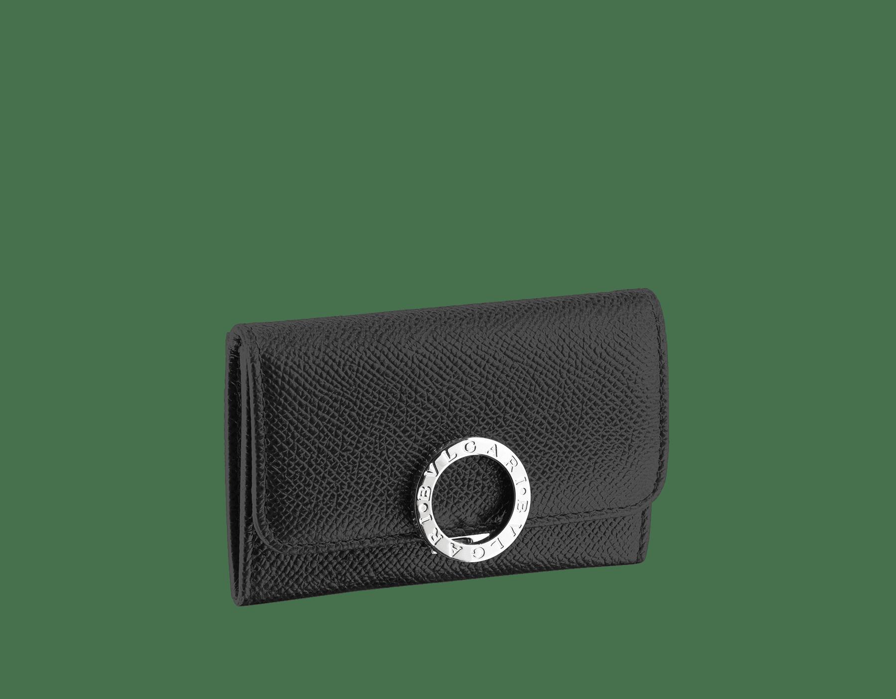 ブラックのグレインカーフレザー製レクタンギュラーシェイプスモールウォレット。ブラスパラジウムプレート金具。アイコニックな「ブルガリ・ブルガリ」クロージャークリップ。 282881 image 1