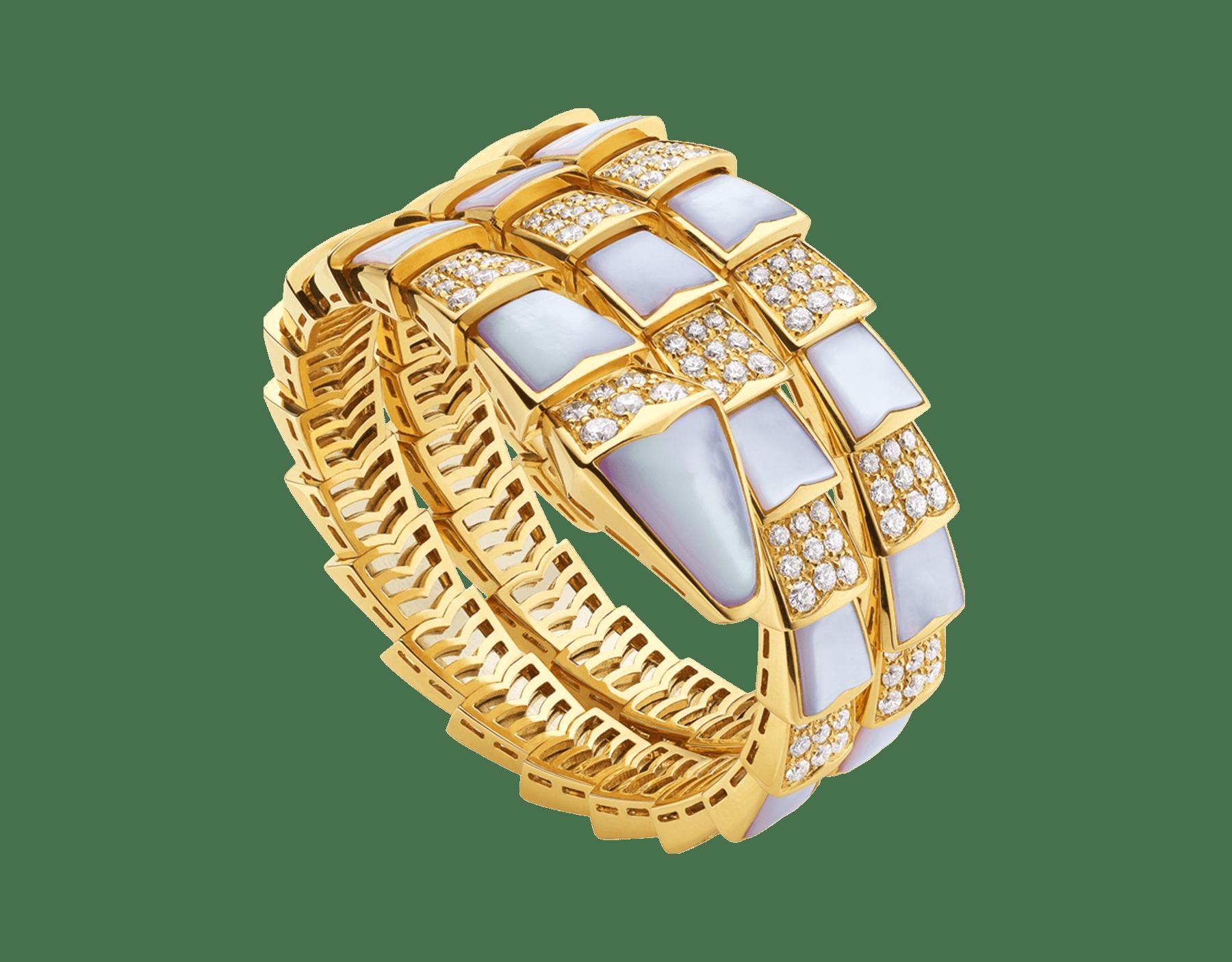 Enrolando-se sinuosamente no pulso, a pulseira Serpenti seduz com a vibração do ouro amarelo, emoldurando brilhantes escamas de madrepérola e diamantes cravejados. 345202 image 1