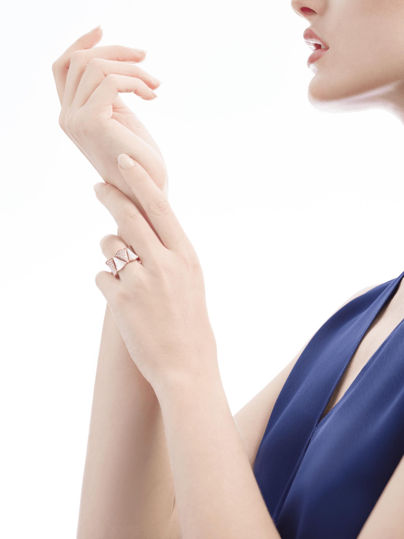 Composée de nacre à l'éclat éthéré et de diamants étincelants, la bague DIVAS' DREAM habille le doigt en rendant hommage à la pureté de la beauté féminine. AN856775 image 3