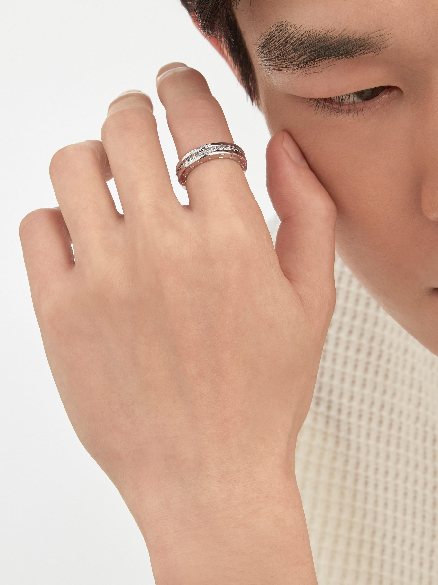 B.zero1 one-band ring in 18 kt white gold, set with pavé diamonds on the spiral. B-zero1-1-bands-AN850656 image 2