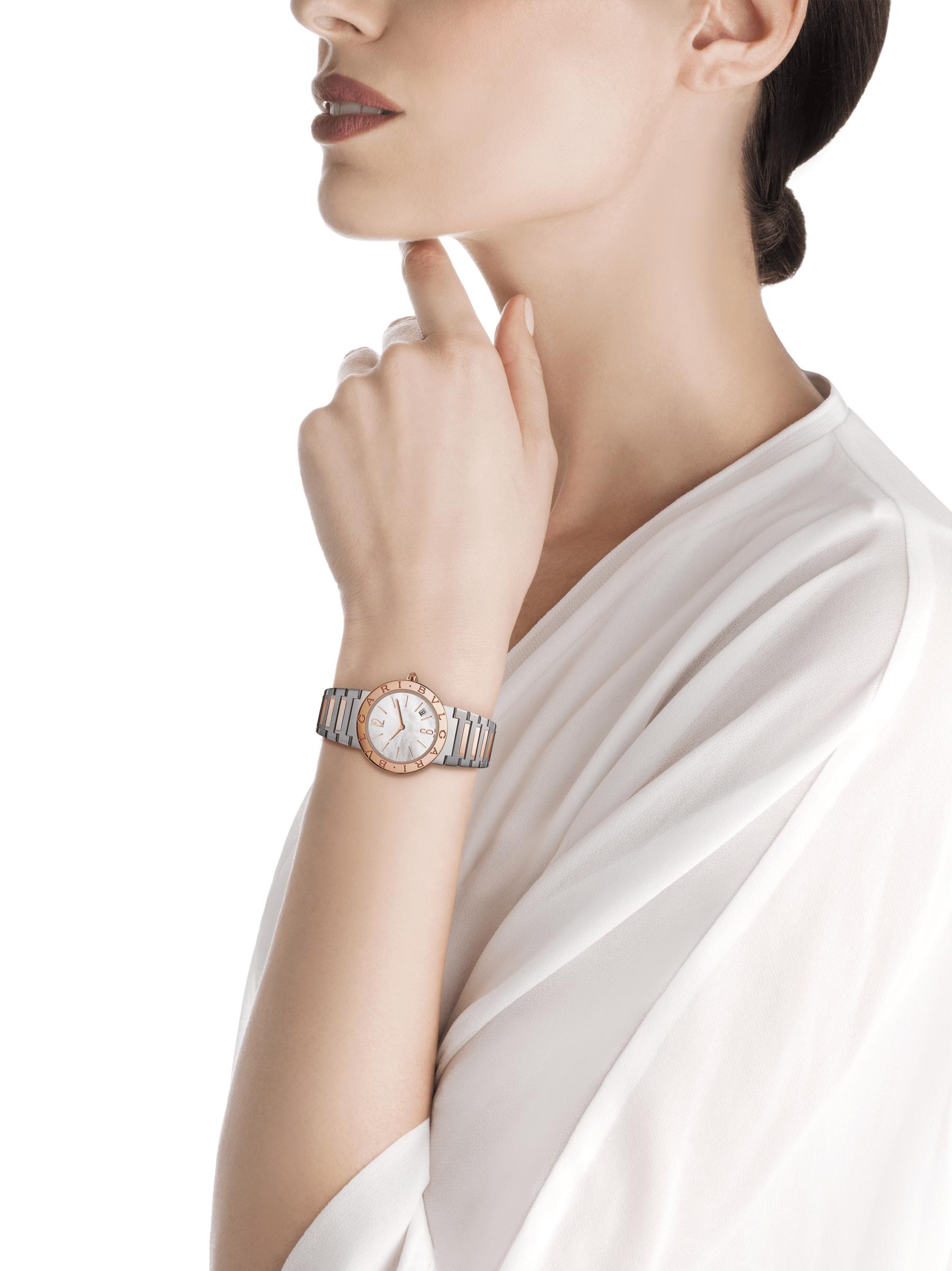 Reloj BVLGARI BVLGARI LADY con caja en acero inoxidable, bisel en oro rosa de 18qt grabado con el doble logotipo, esfera de madreperla blanca y brazalete en oro rosa de 18qt y acero inoxidable 102925 image 3