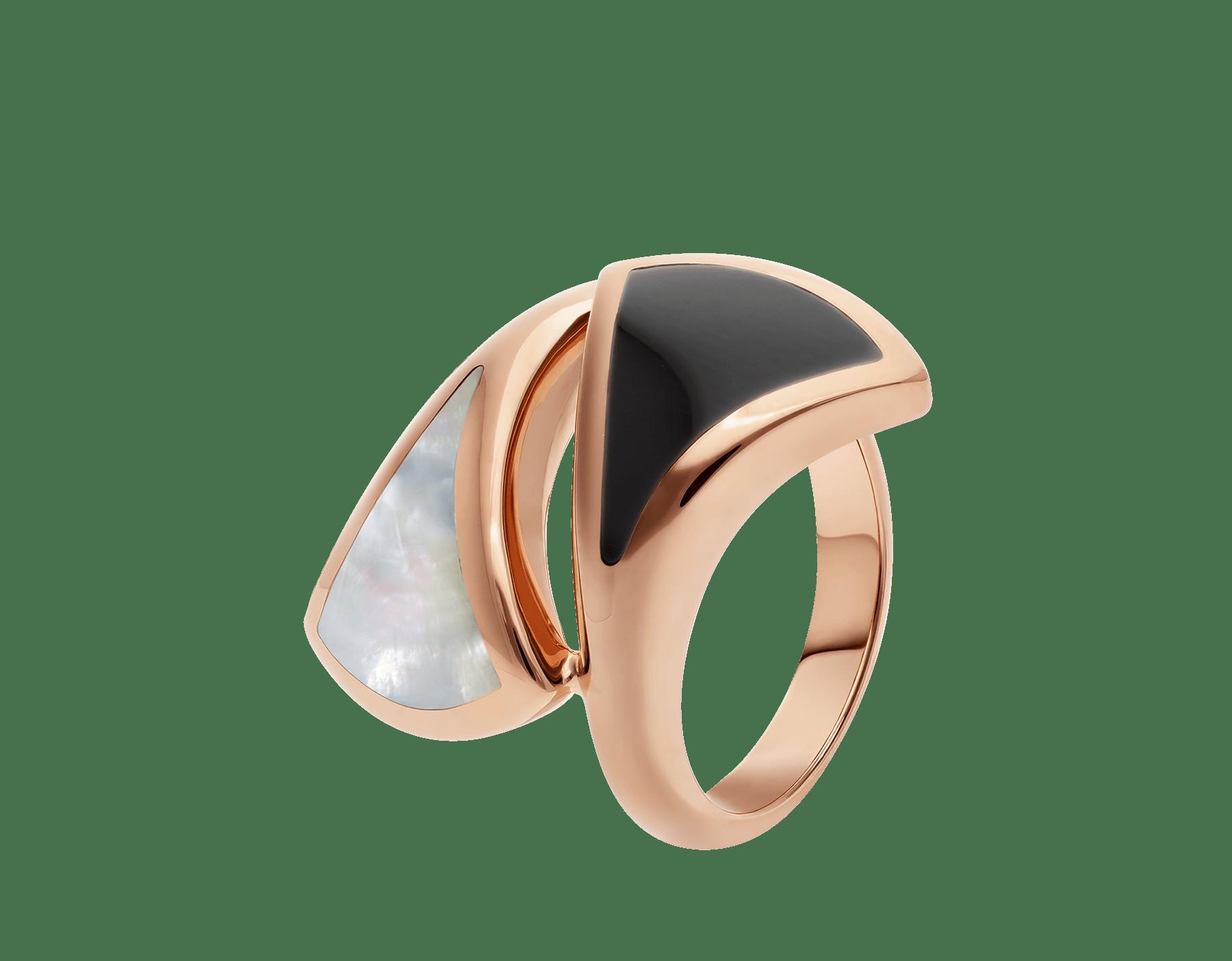Anillo B.zero1 de cuatro bandas con dos aros en oro rosa de 18 qt con pavé de diamantes en los bordes y una espiral de cerámica blanca. AN857049 image 1