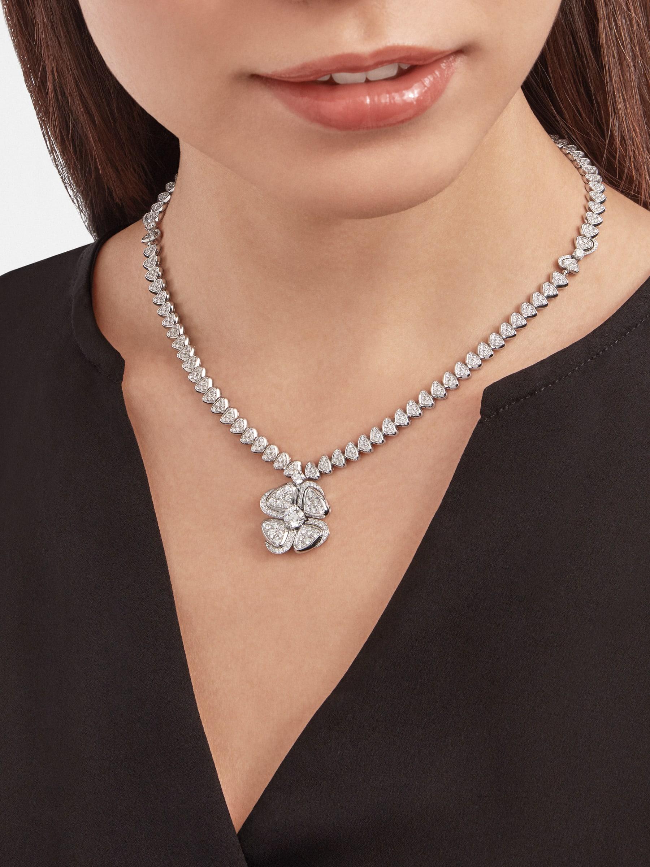 Fiorever 18K 白金項鍊,鑲飾 1 顆主鑽(0.70 克拉)和密鑲鑽石。 357377 image 1