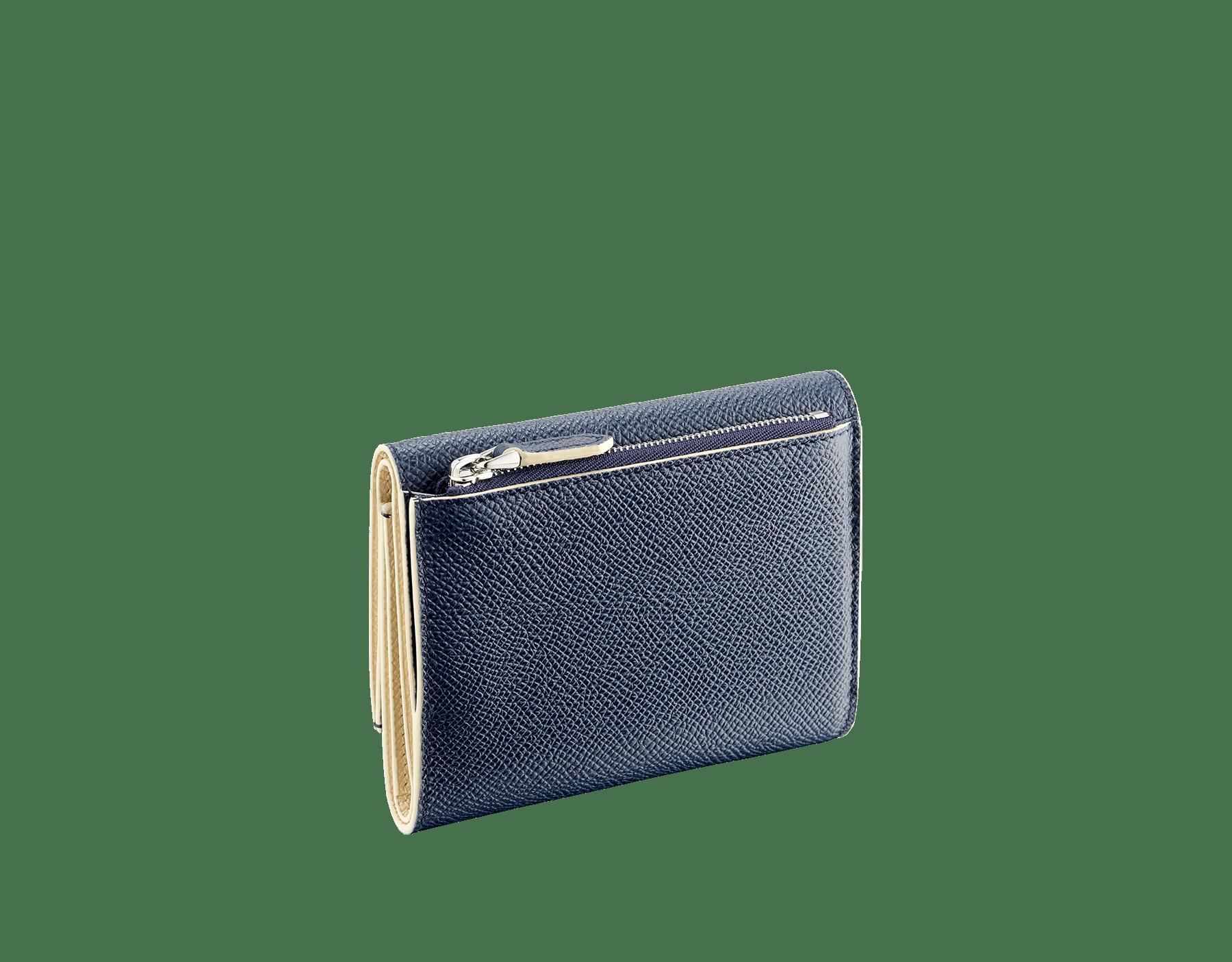 Portefeuille compact «Bvlgari Clip» en cuir de veau grainé couleur blanc Agate et couleur bleu Denim Sapphire. Fermoir emblématique orné du logo Bvlgari en laiton. BCM-YENCOMPACTZPb image 3