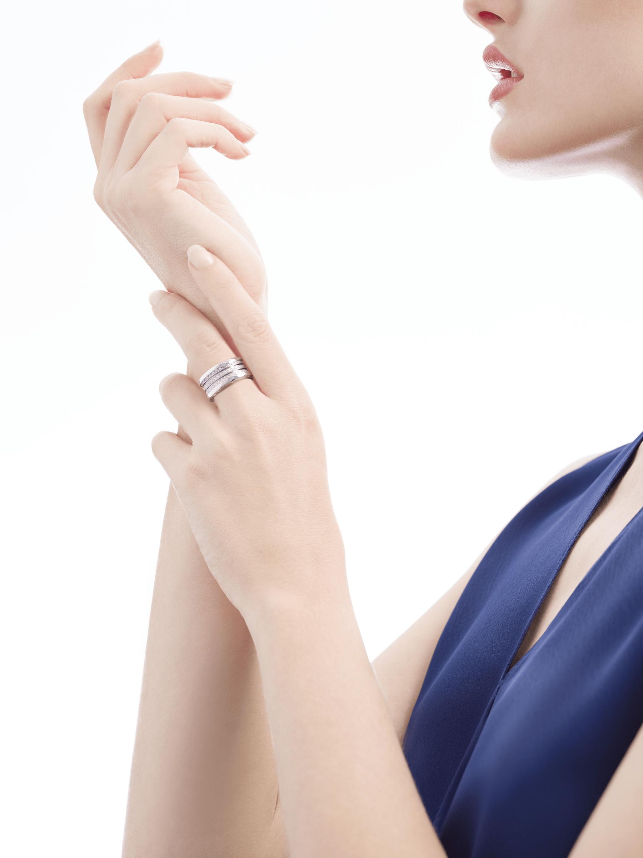Fundindo o caráter ousado de suas curvas fluidas com a preciosidade de diamantes cravejados, o anel B.zero1 revela um espírito versátil e uma elegância contemporânea. B-zero1-4-bands-AN850556 image 5
